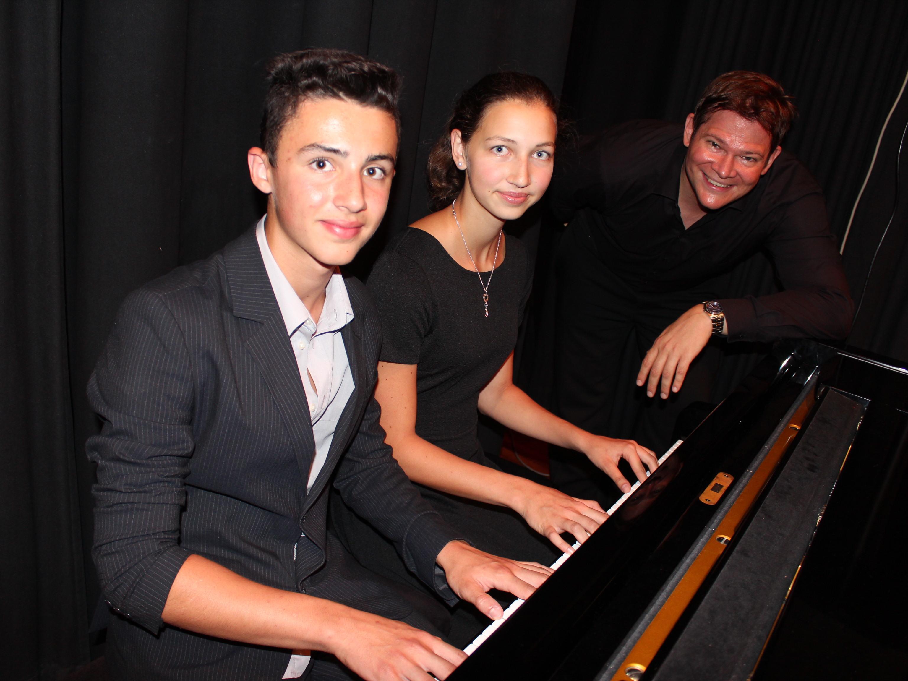 Irina und Valentin Yashin mit Musikschullehrer Arndt Rausch.