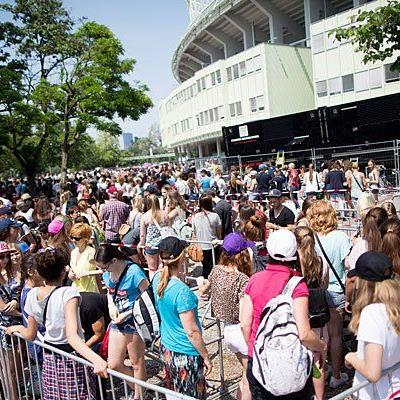Die One Direction-Fans warten schon gespannt vor dem Stadion