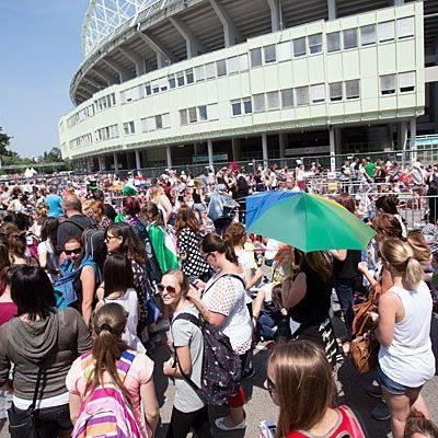 One direction-Fans strömen problemlos in das Ernst-Happel-Stadion