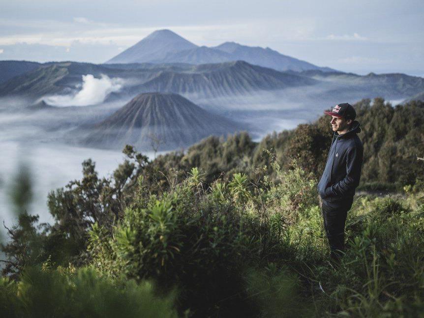Der Vorarlberger Marco Fürst blickt auf den Mount Bromo, das Ziel des Falschirmsprungs.