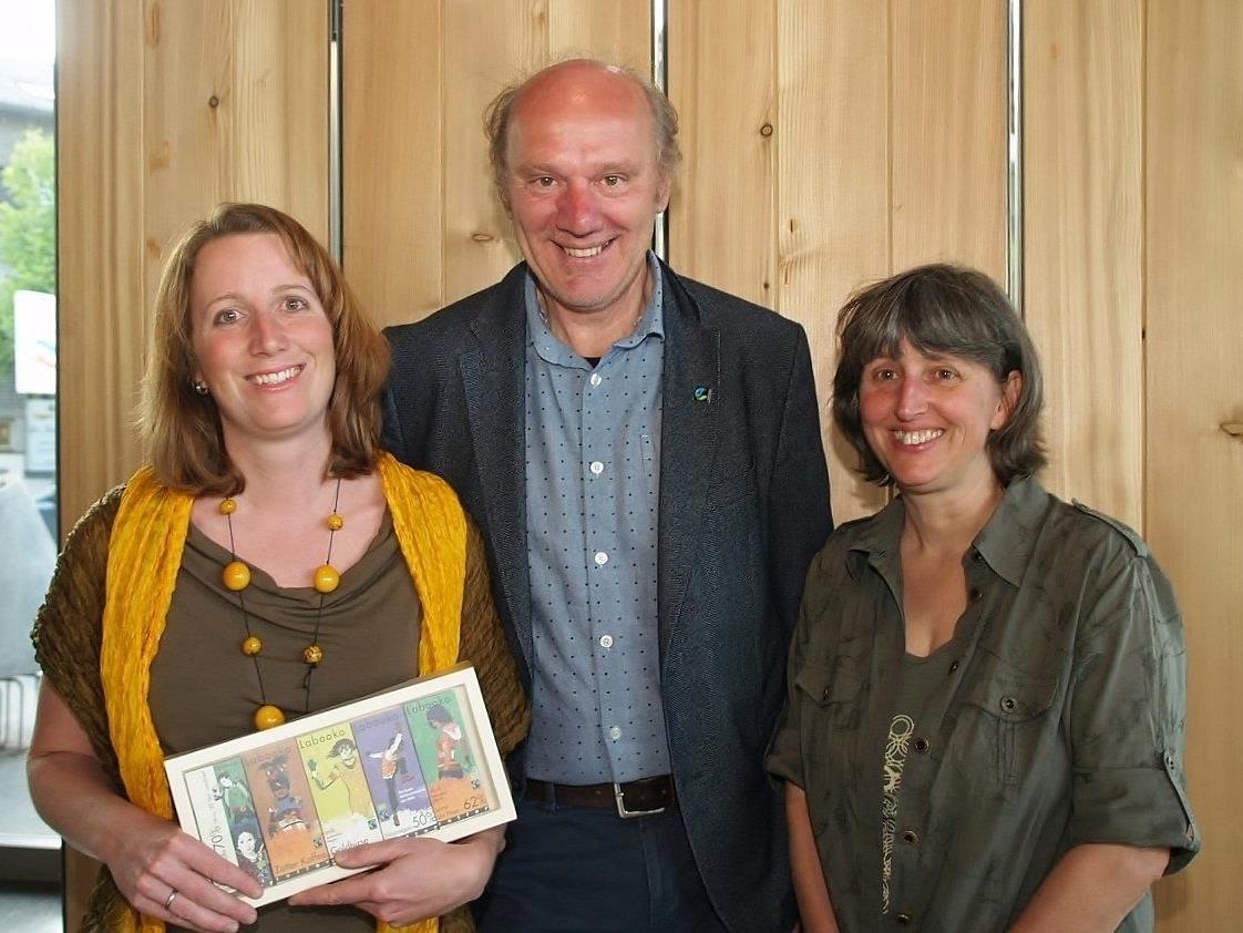 Obfrau Carmen Willi mit dem Jubiläumsgast Josef Zotter und Weltladengeschäftsführerin Astrid Bugl.