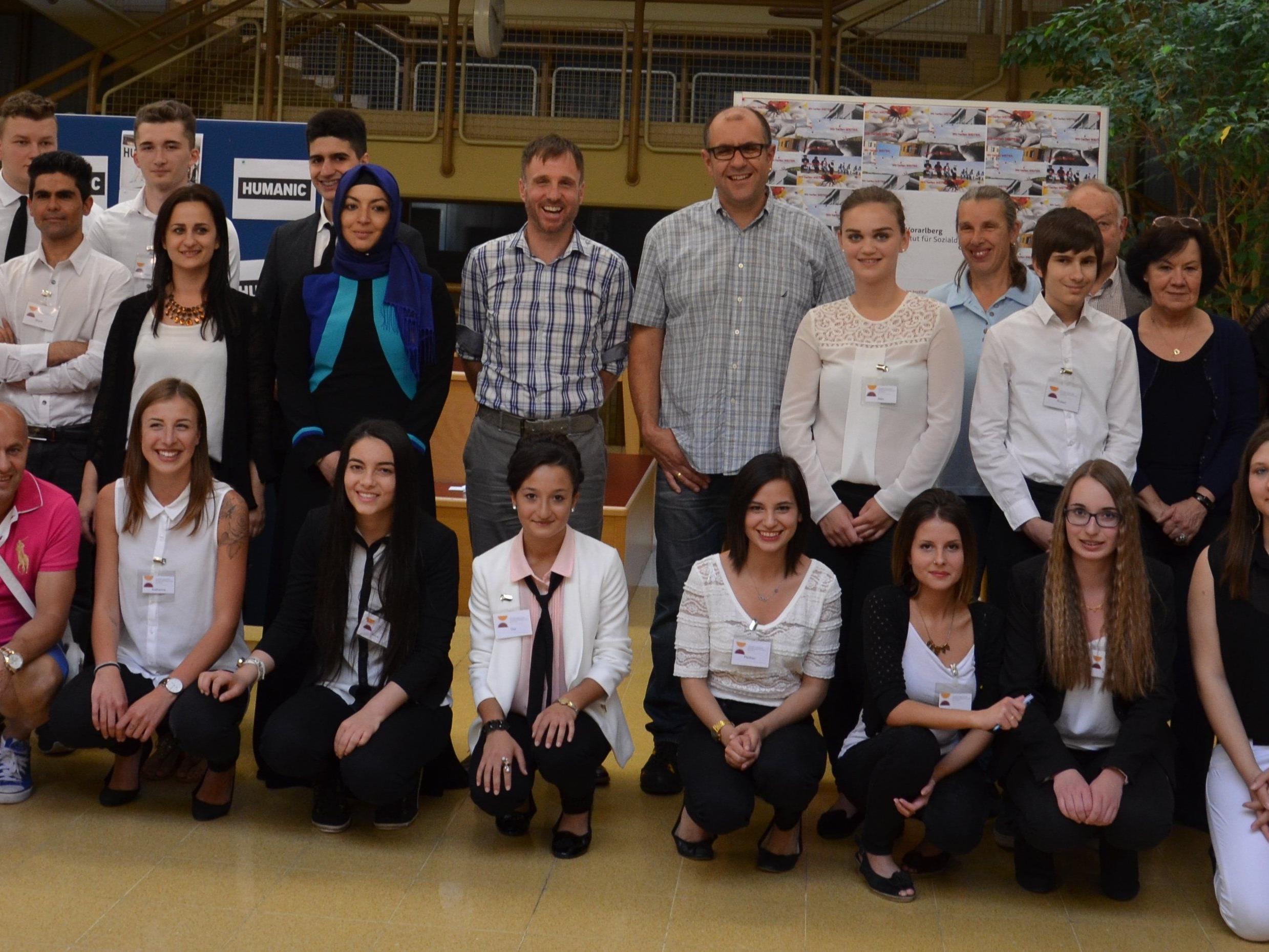 Vertreter der Betriebe und die Schüler der Handelsschule Bludenz