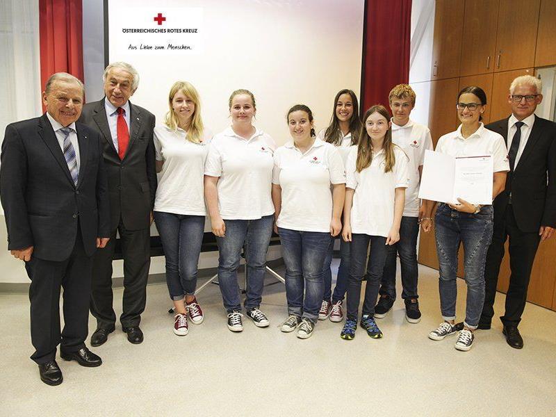 Die Mitarbeiterinnen und Mitarbeiter der Rotkreuz-Abteilung Hard nehmen den Ehrenpreis stolz entgegen.