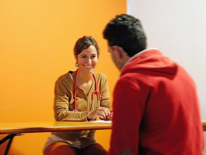 Frau Dr. Lisa Heiberger im Gespräch mit einem Flüchtling