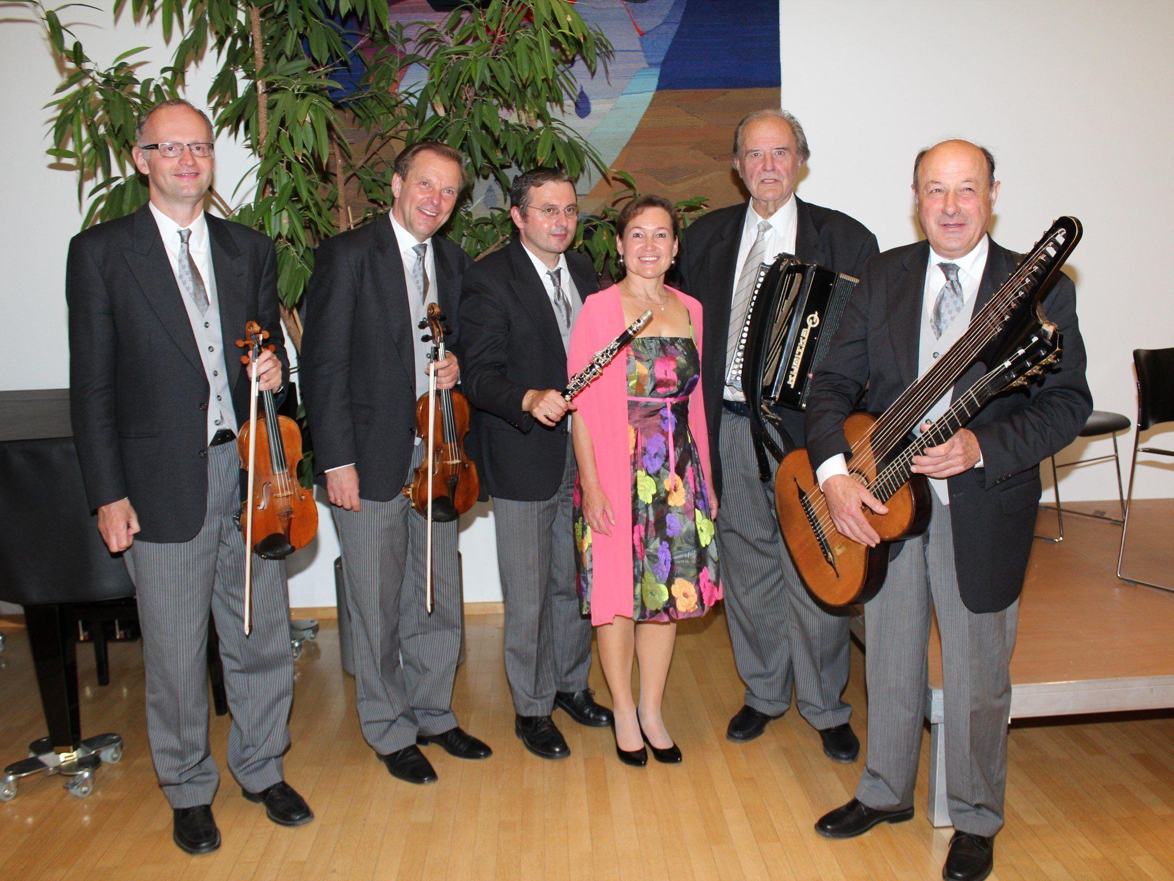 Birgit Plankel und das Symphonische Schrammelquintett Wien laden zum Konzert ein.