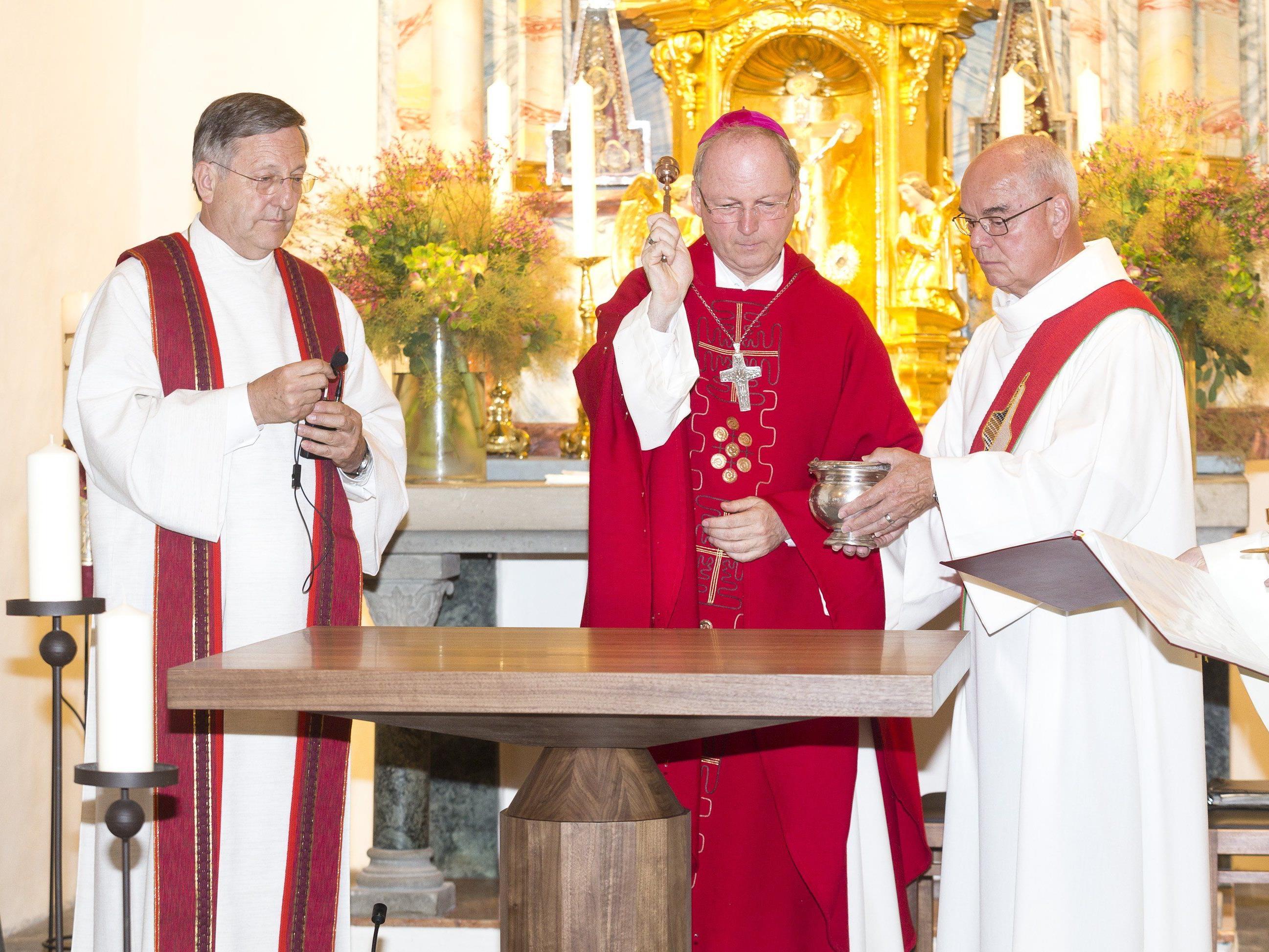 Mit der Altarweihe durch Bischof Benno Elbs wurde die Renovierung der St. Peter Kirche abgeschlossen.