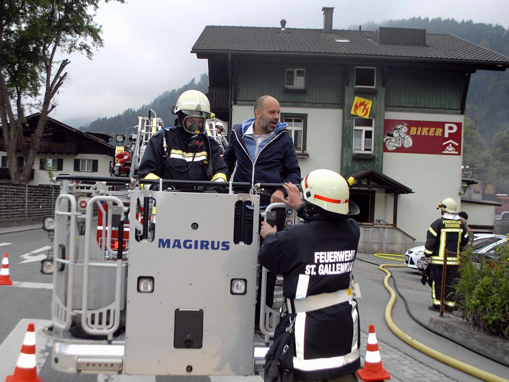 Mit Unterstützung der Drehleiter Montafon wurden alle neun Personen in Sicherheit gebracht, unter ihnen der Schrunser Bürgermeister Jürgen Kuster als Besucher bei den Hotelangestellten.