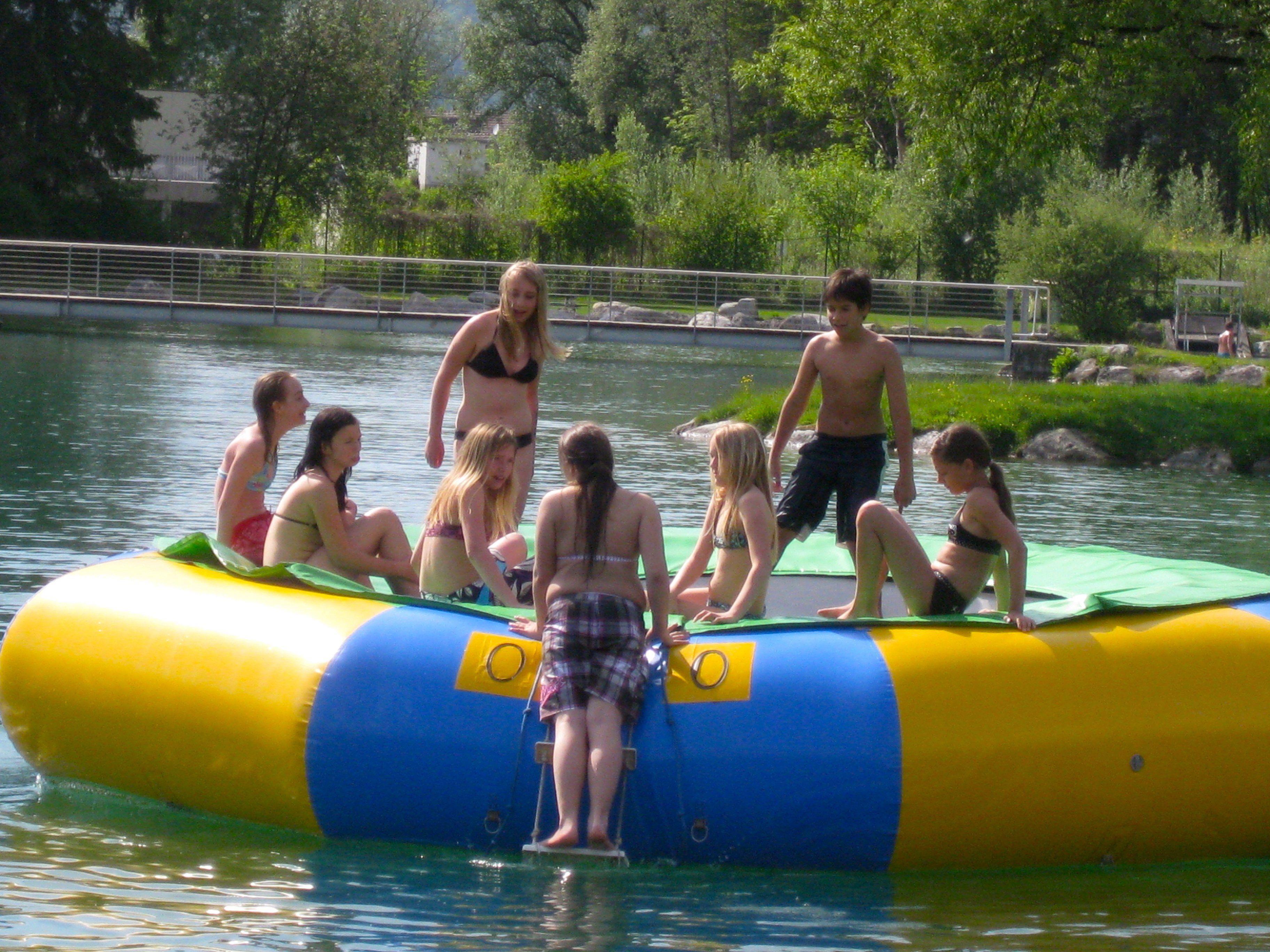 Jung und Alt findet ein tolles Sportangebot und viel Platz zum Ausruhen und Schwimmen im Naturbad Untere Au.