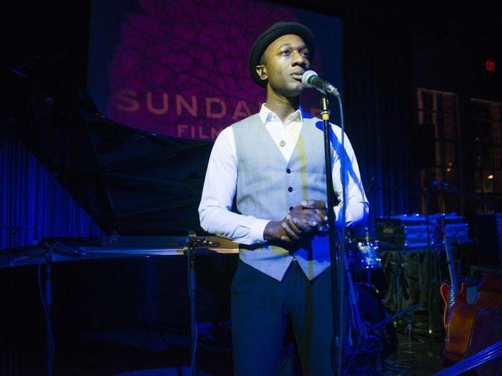 Seine Musik stellt eine Mischung aus Soul, Jazz, R&B, Folk und Hip Hop dar