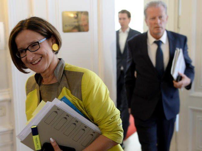 Johanna Mikl-Leitner und VK Reinhold Mitterlehner vor Beginn einer Sitzung der Regierungsspitze mit Hilfsorganisationen zur Lösung der Quartierkrise für Flüchtlinge