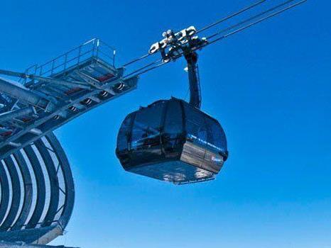 Mit der Bahn zwischen Vorarlberg und Tirol pendeln soll für Skifahrer bald möglich sein.