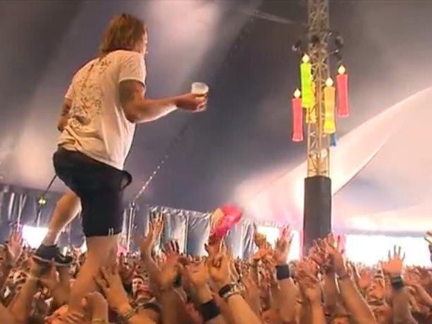 John Coffey-Sänger David Achter de Molen fängt Bier beim Crowdwalking.