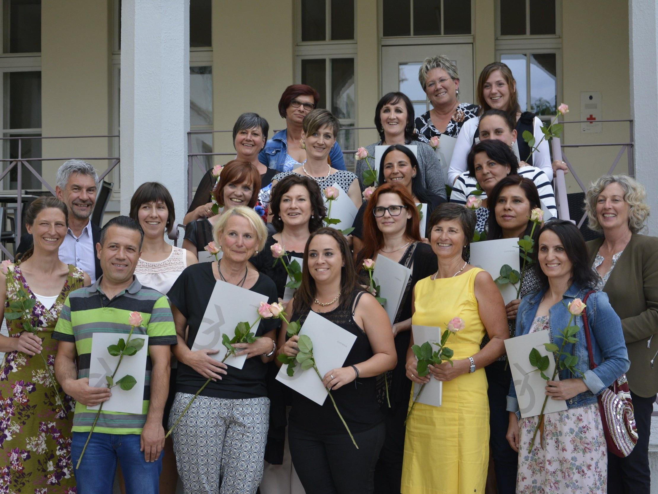 Gruppenfoto der Absolvent(inn)en mit LR Katharina Wiesflecker, Wilfried Feurstein (Lehrgangsleiter) und Katja Lutze (connexia)