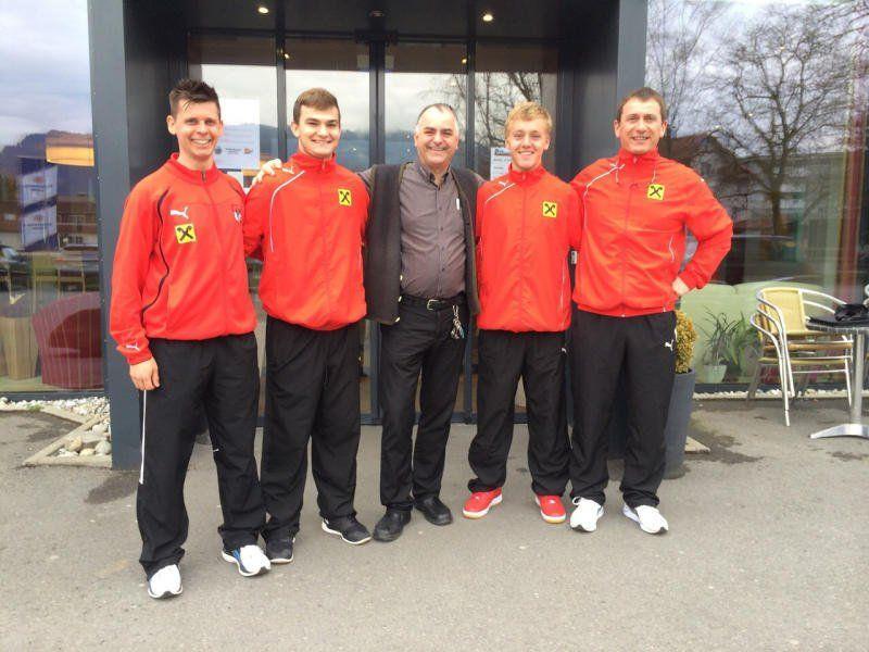 Benedikt Kaufmann (zweiter von links) unterschrieb einen Profivertrag beim FC Liefering.