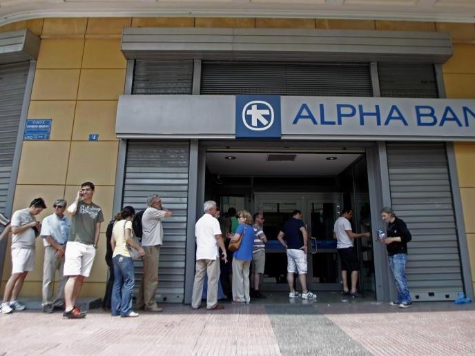 Griechen stürmen derzeit die Bankomaten