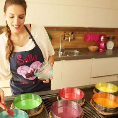 Youtuberin Sally zaubert Tortenkreationen mit Leichtigkeit.