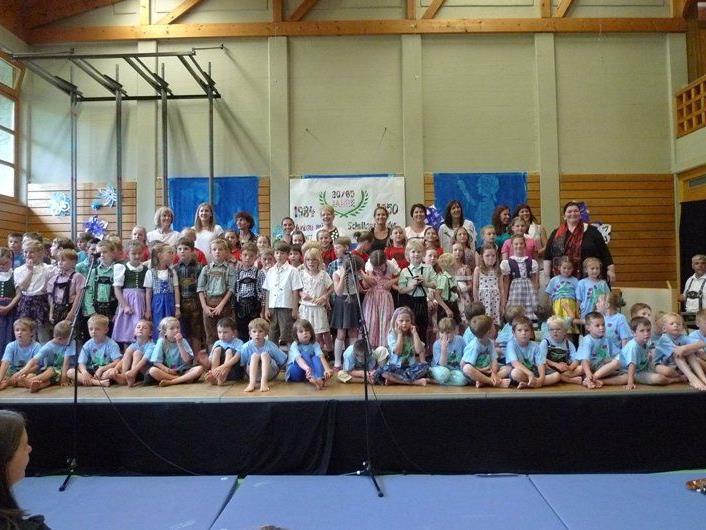 Kinder der Volksschule und des Kindergartens Batschuns mit ihren Pädagoginnen beim großen Fest!