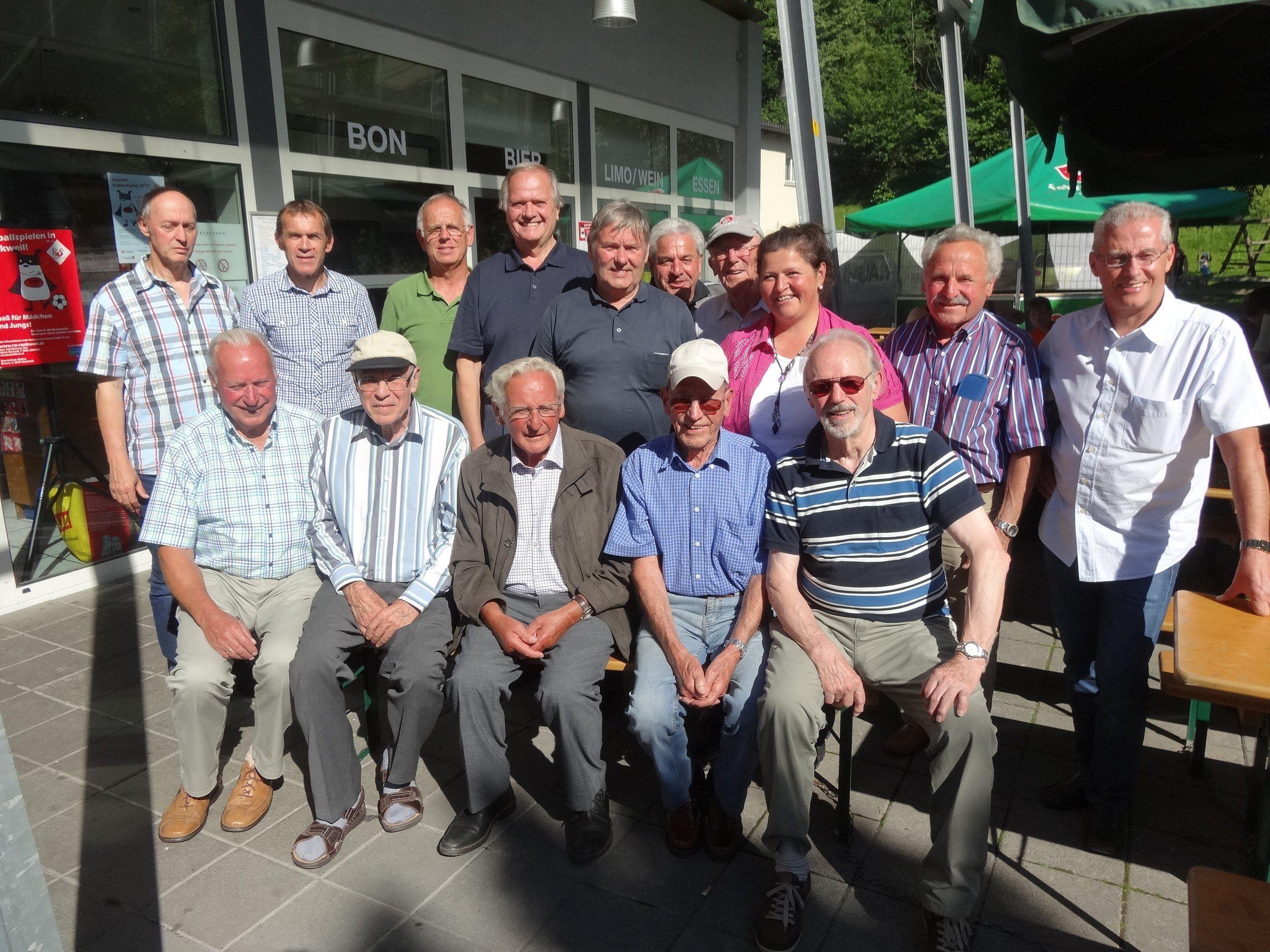 Ehrenmitglied Alwin Scheidbach hat seine Ehrenmitglied-Musikkameraden zu einem gemütlichen Hock ins Clubheim auf die Gastra eingeladen.