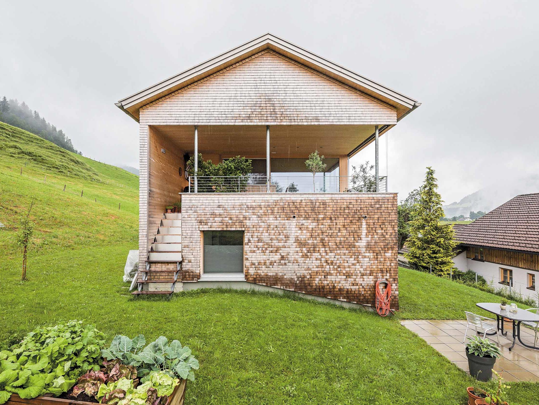 Hineingeschnitten die Terrasse erweitert den Wohn- Essraum und schafft Verbindung zum Garten.