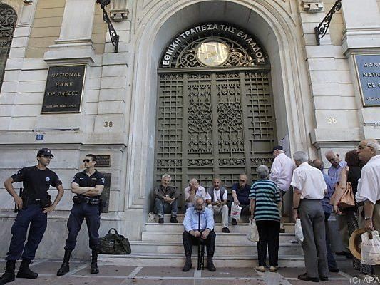 Griechische Pensionisten warten vor geschlossenen Bankfilialen
