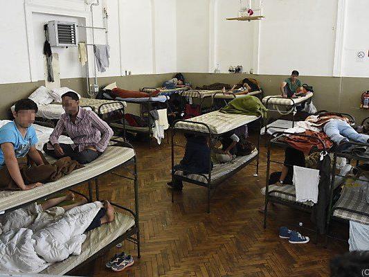 Nur für 2.300 Asylwerber gibt es in Traiskirchen Betten