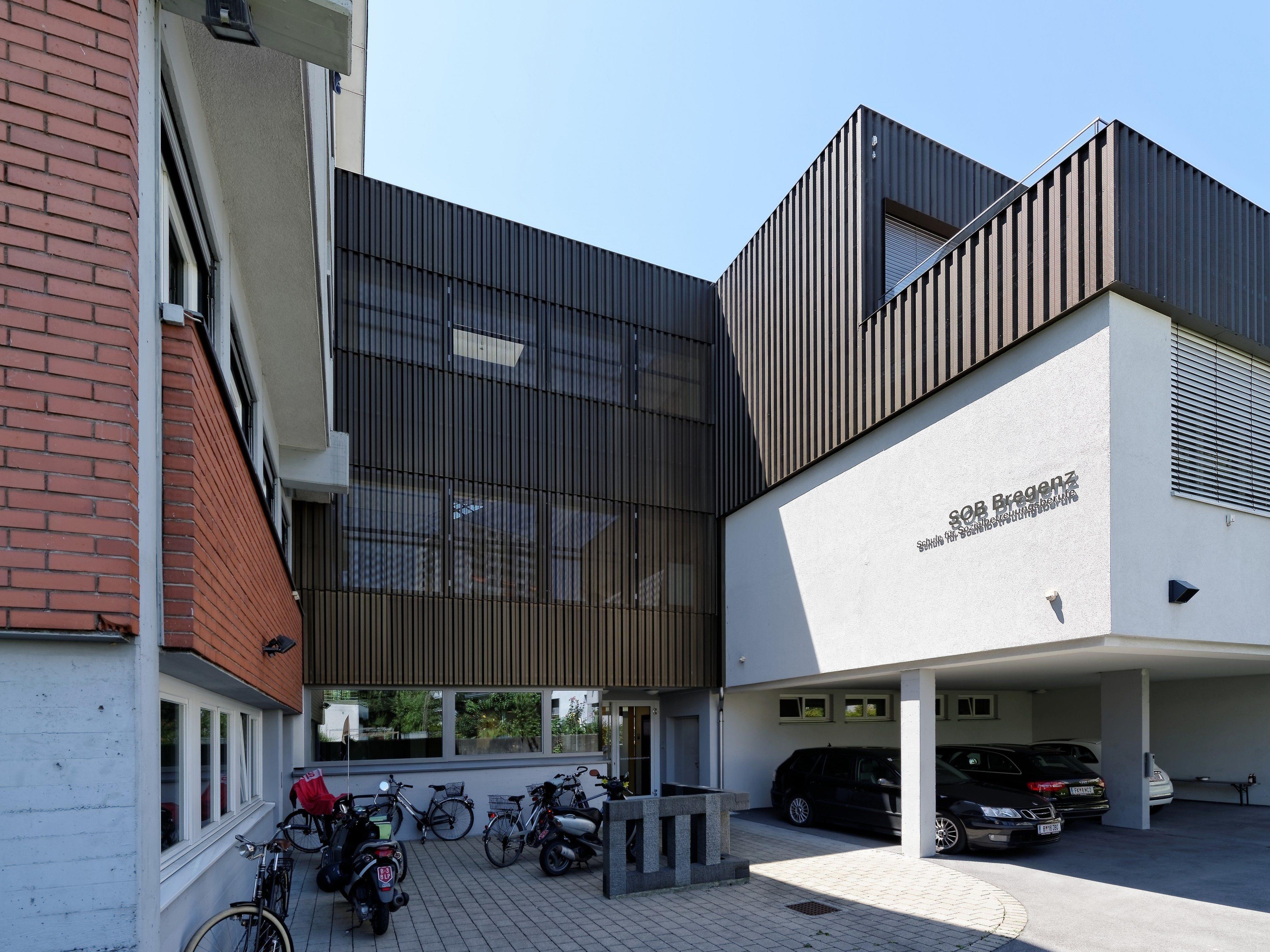 Verhüllt mit dunkelbraunem Trapezlochblech hat Johannes Kaufmann alle neuen Gebäudeteile der Bregenzer Schule für Sozialbetreuungsberufe genauso wie einen Teil der vor rund zehn Jahren gebauten.