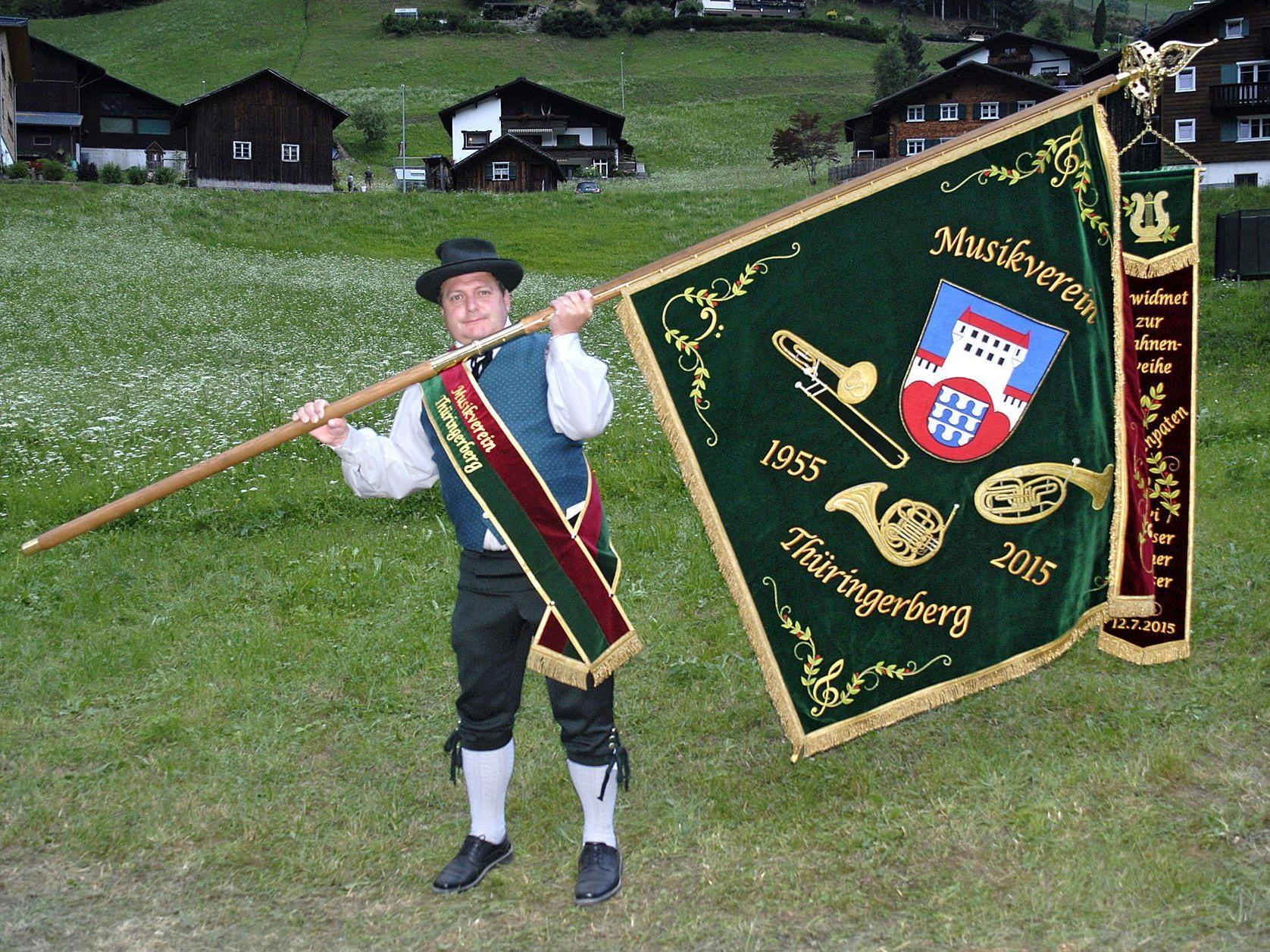 Der Fähnrich des Musikverein Thüringerberg, Rainer Dünser, mit der neuen Fahne beim Bezirksmusikfest im Silbertal