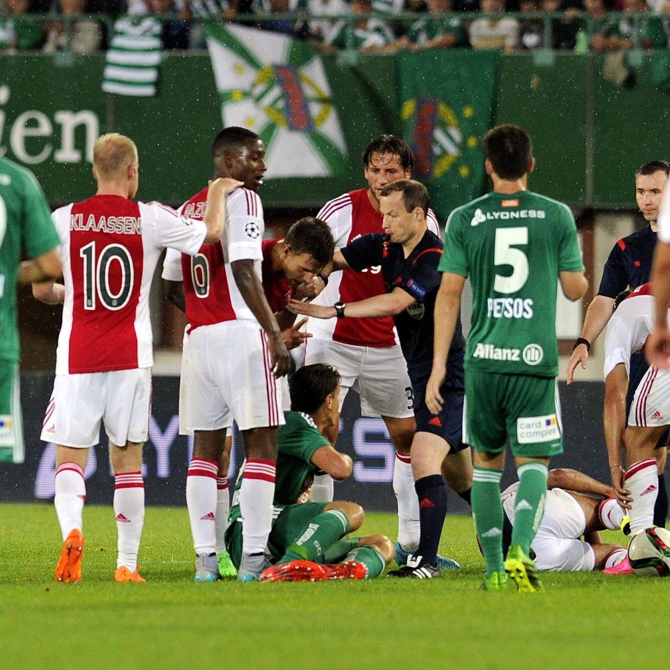 Rapid gegen Ajax: Stefan Schwab sah nach dem brutalen Foul die Rote Karte.