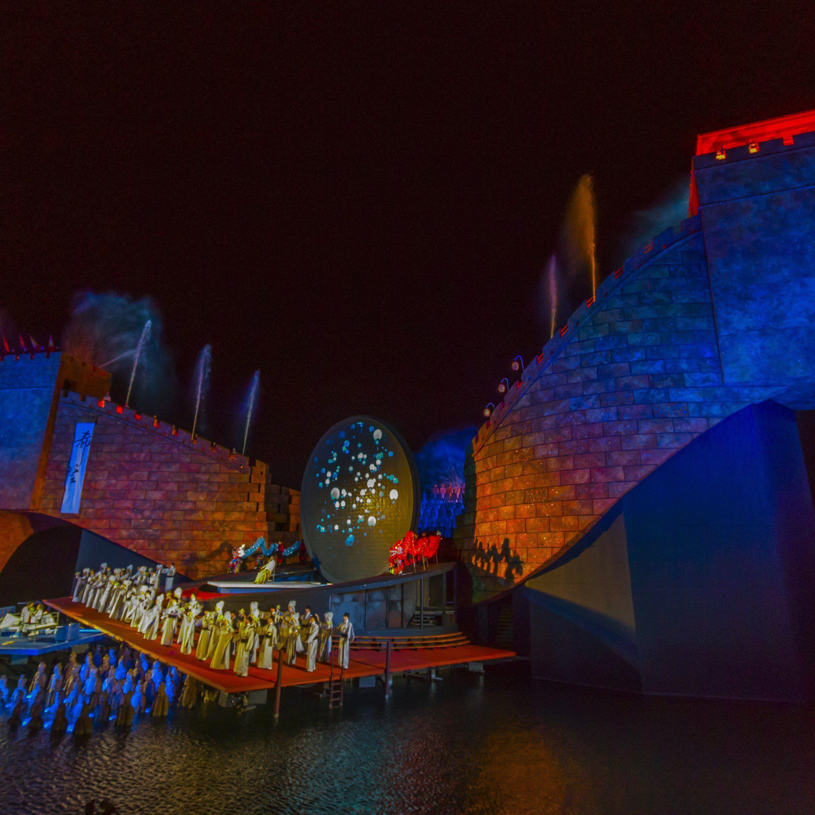 Die Festspiele locken nicht nur Besucher, sondern auch Arbeitskräfte und Künstler an.