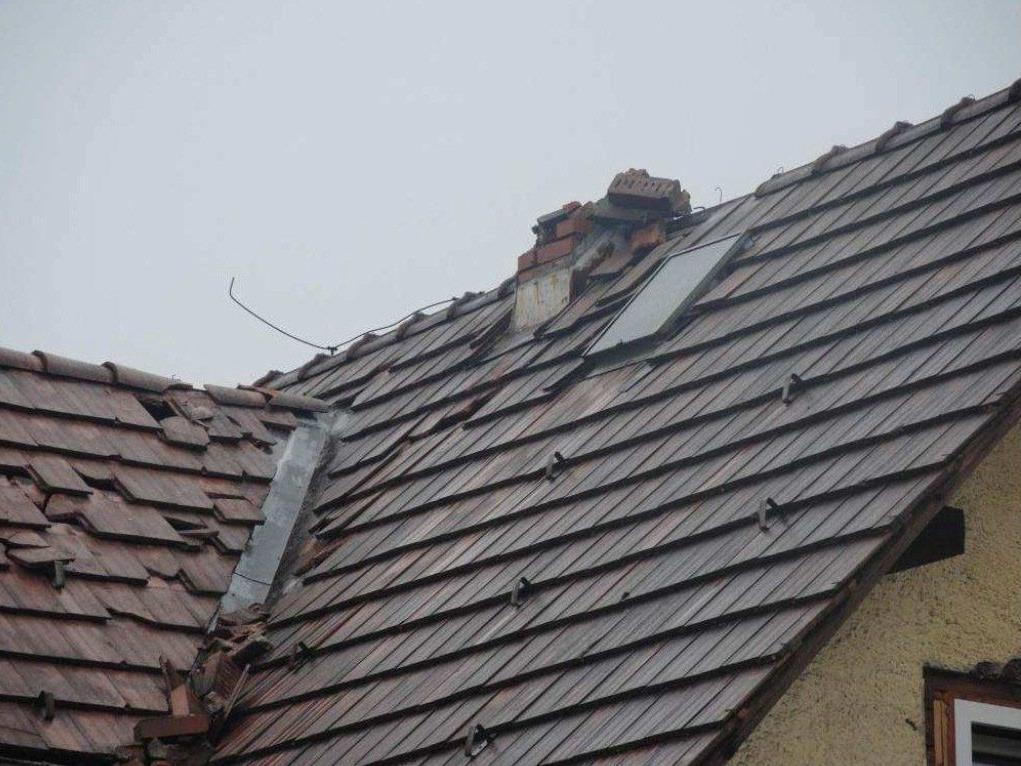 Blitzeinschlag in Feldkirch: Kamin von Wohnhaus geschleudert.