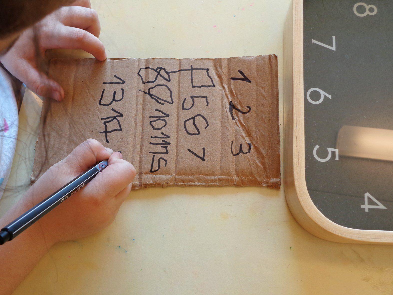 Mit Fantasie wird aus einem einfachen Karton ein Handy.