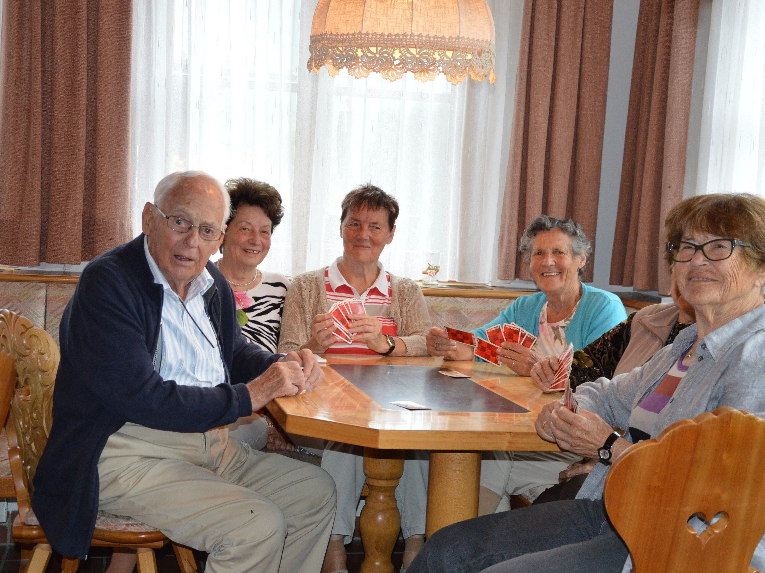 Geselliges Beisammensein beim Kartenspiel im Erholungsheim Mariahilf in St. Gallenkrich.