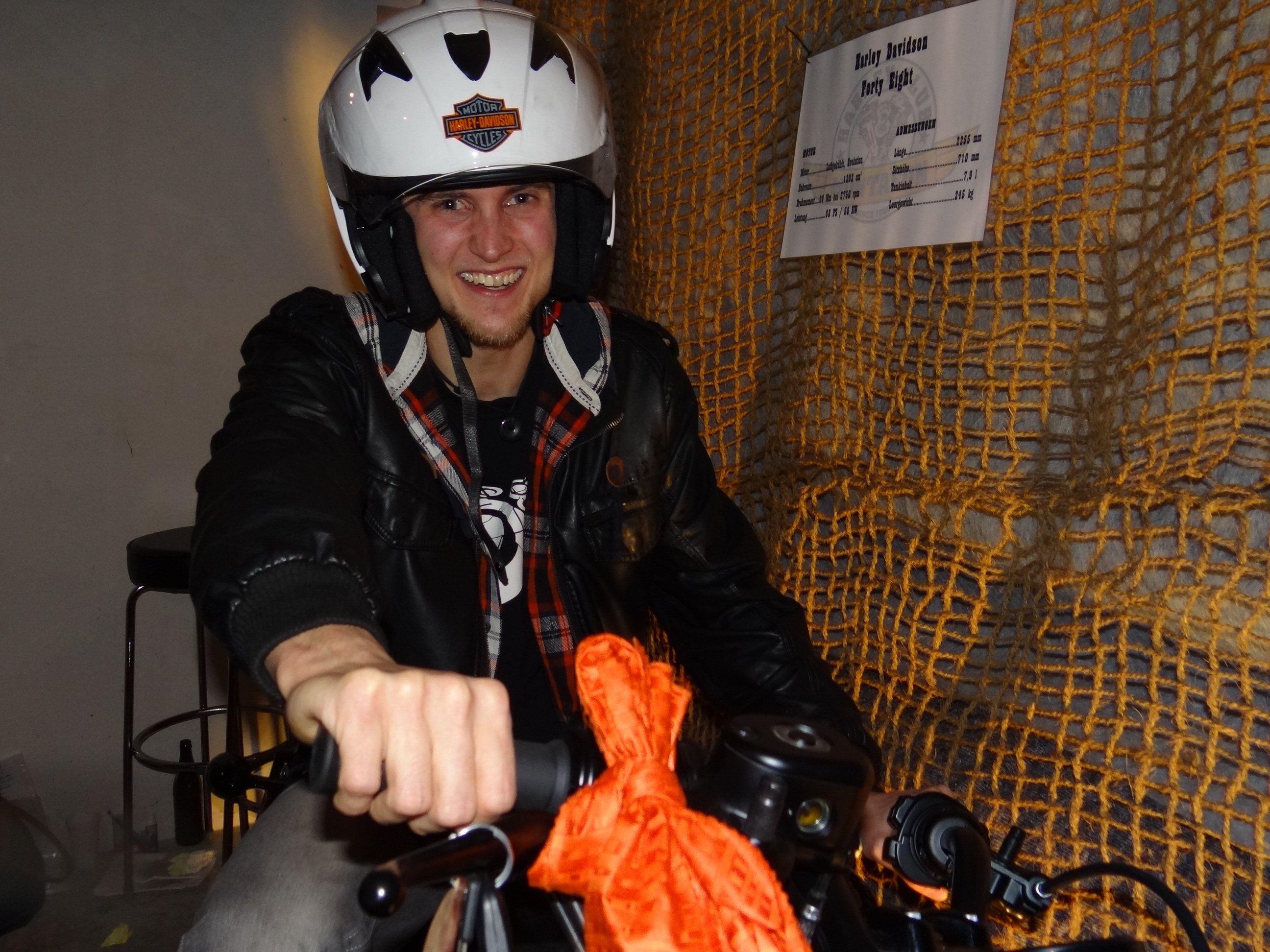 Der Harley-Gewinner mit seinem Hauptpreis