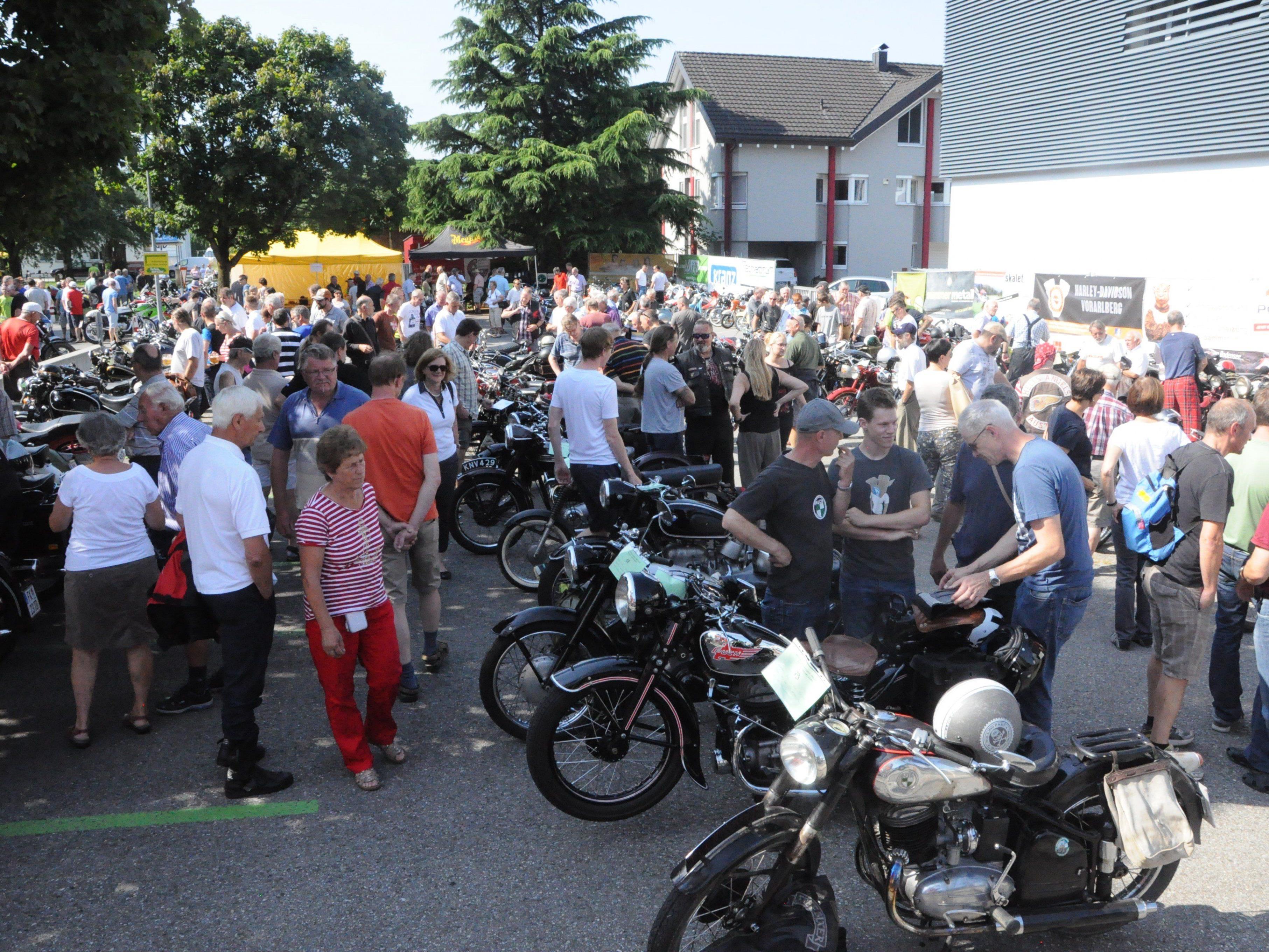 Viele Besucher bestaunten die über 400 alten Motorräder in Weiler.