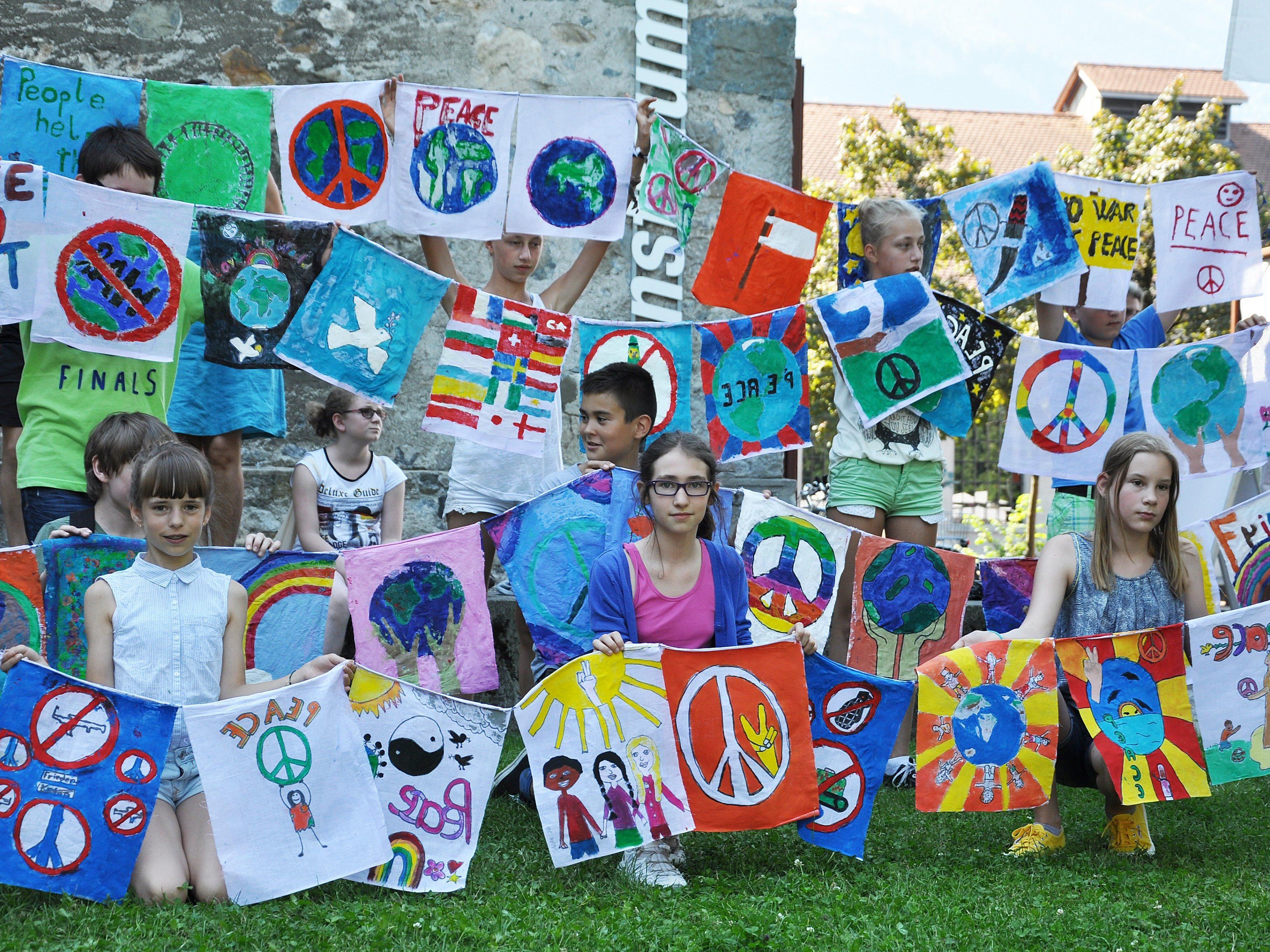 Im Vorfeld des großen Friedensfestivals am 25. Juli wurden bereits die Hälfte der Friedensfahnen von den Schülern übergeben.
