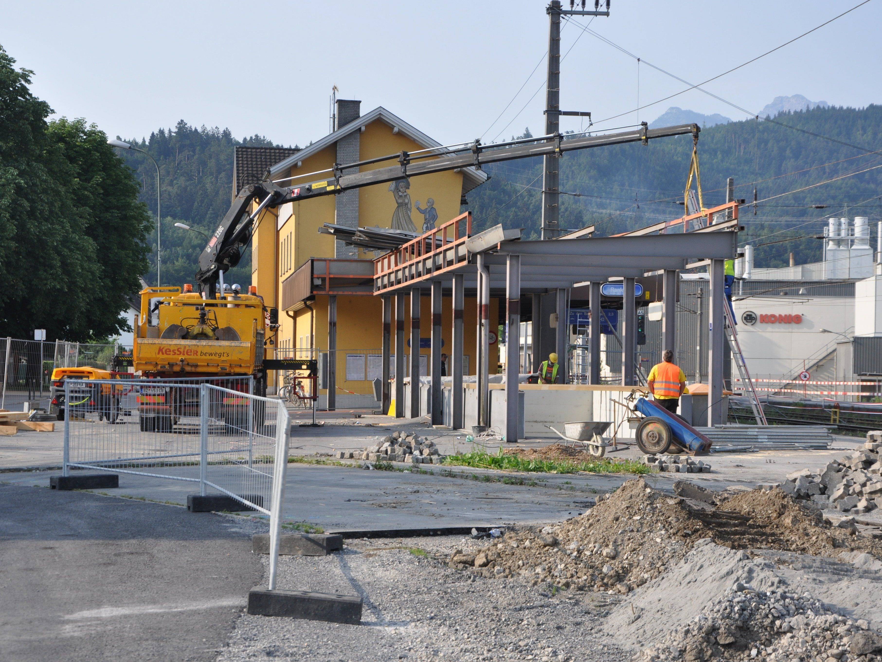 Die Bau- und Abbrucharbeiten beim Bahnhof Rankweil gehen zügig voran.