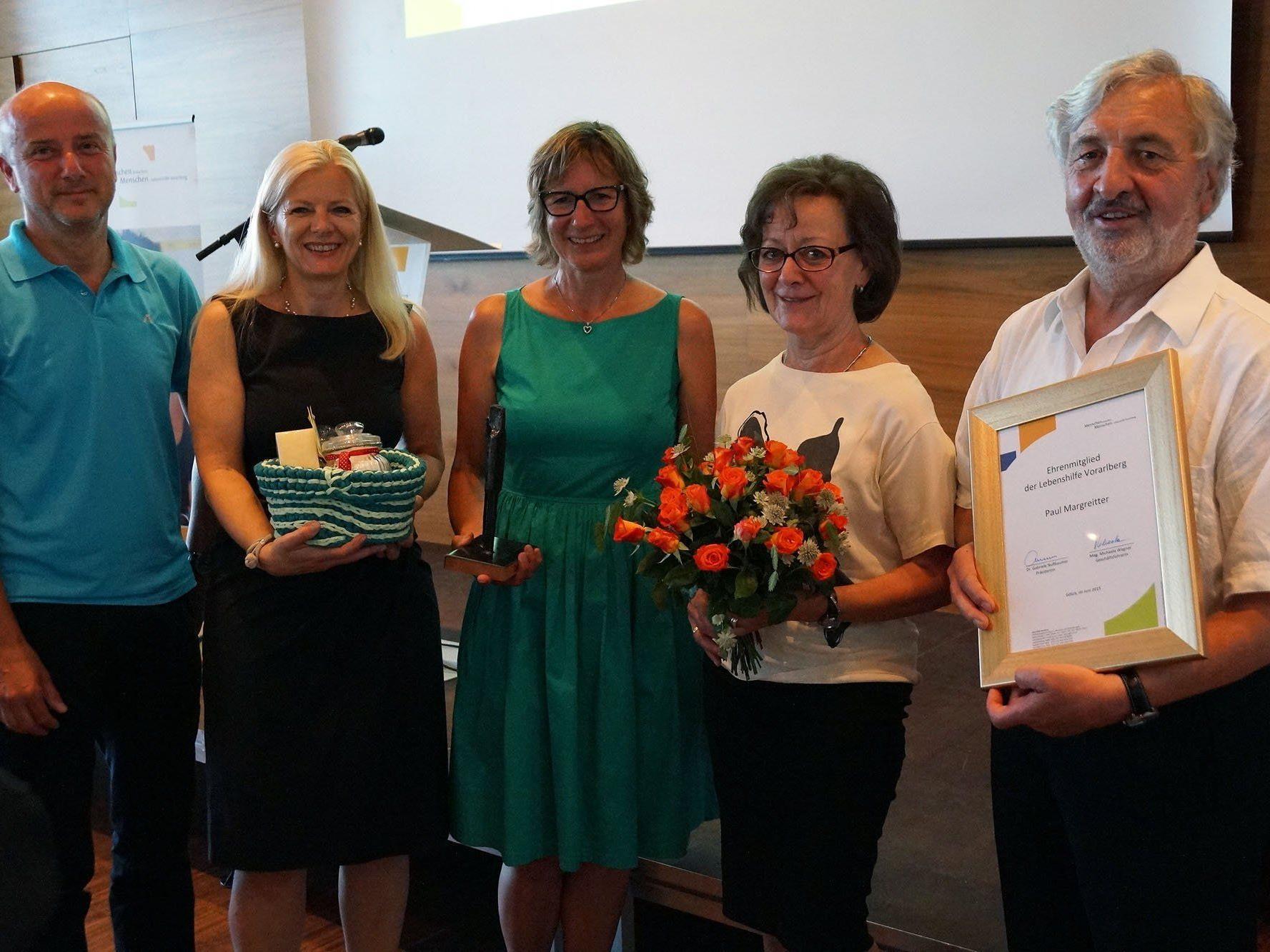 v.li.: Raimund Frick, Michaela Wagner, Gabriele Nußbaumer sowie Herma und Paul Margreitter, der die Ehrenmitgliedschaft der Lebenshilfe Vorarlberg verliehen bekam.
