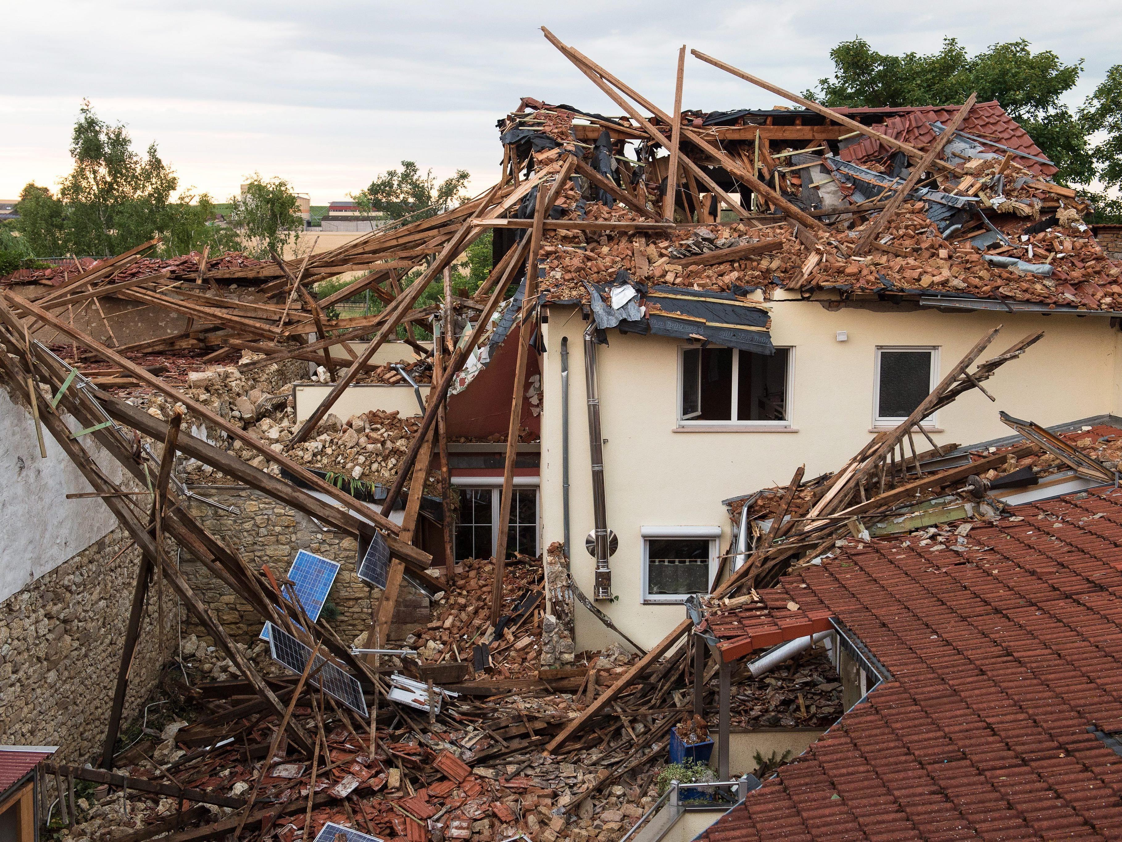 Mehrere Dutzend Häuser sind zum Teil schwer beschädigt.