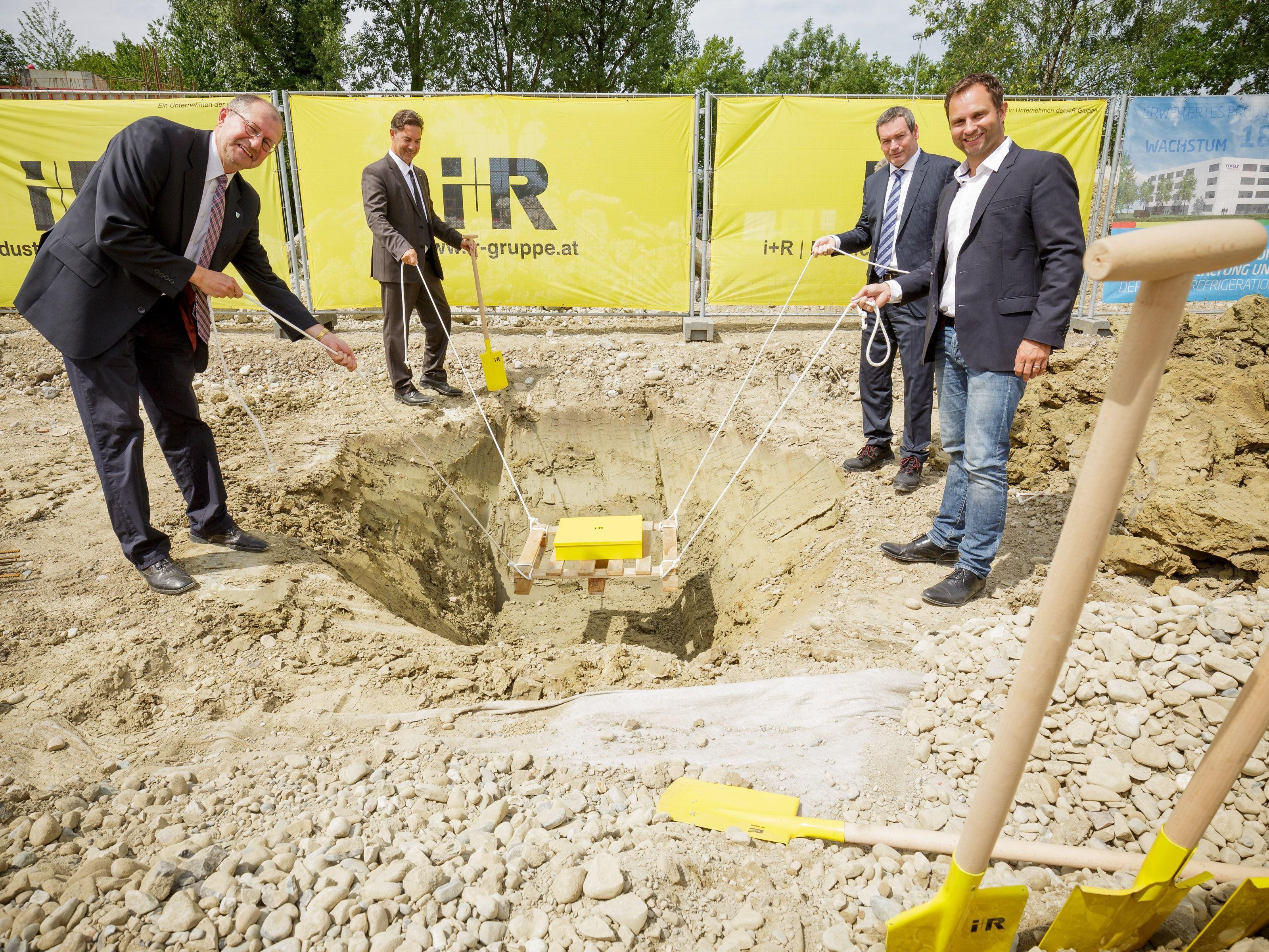 Setzten traditionell den Grundstein für das neue Verwaltungs- und Produktionsgebäude der Cofely Refrigeration in Lindau: Oberbürgermeister Gerhard Ecker, Alexander Stuchly (i+R), Jochen Hornung (Cofely) und Patrick Meier (i+R).