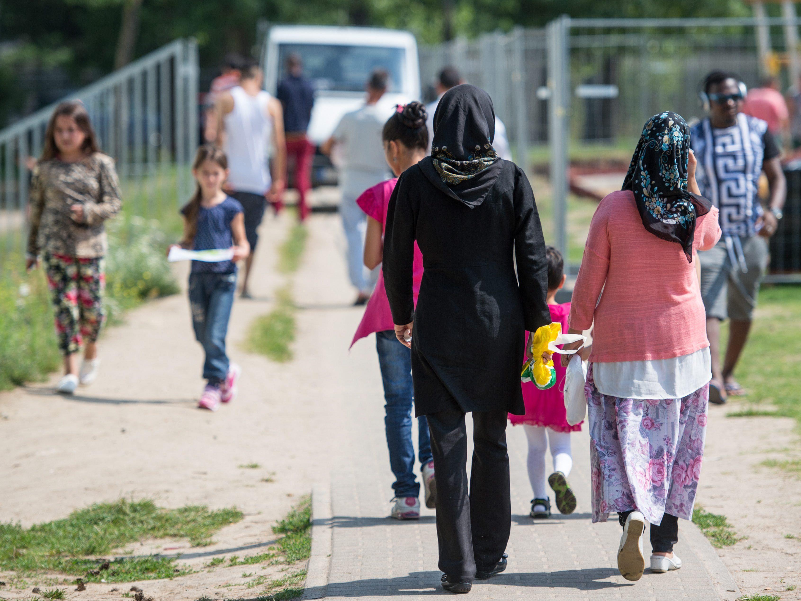 Für Asylwerber aus sicheren Herkunftsländern will Union deutliche Verringerung - SPD dagegen.