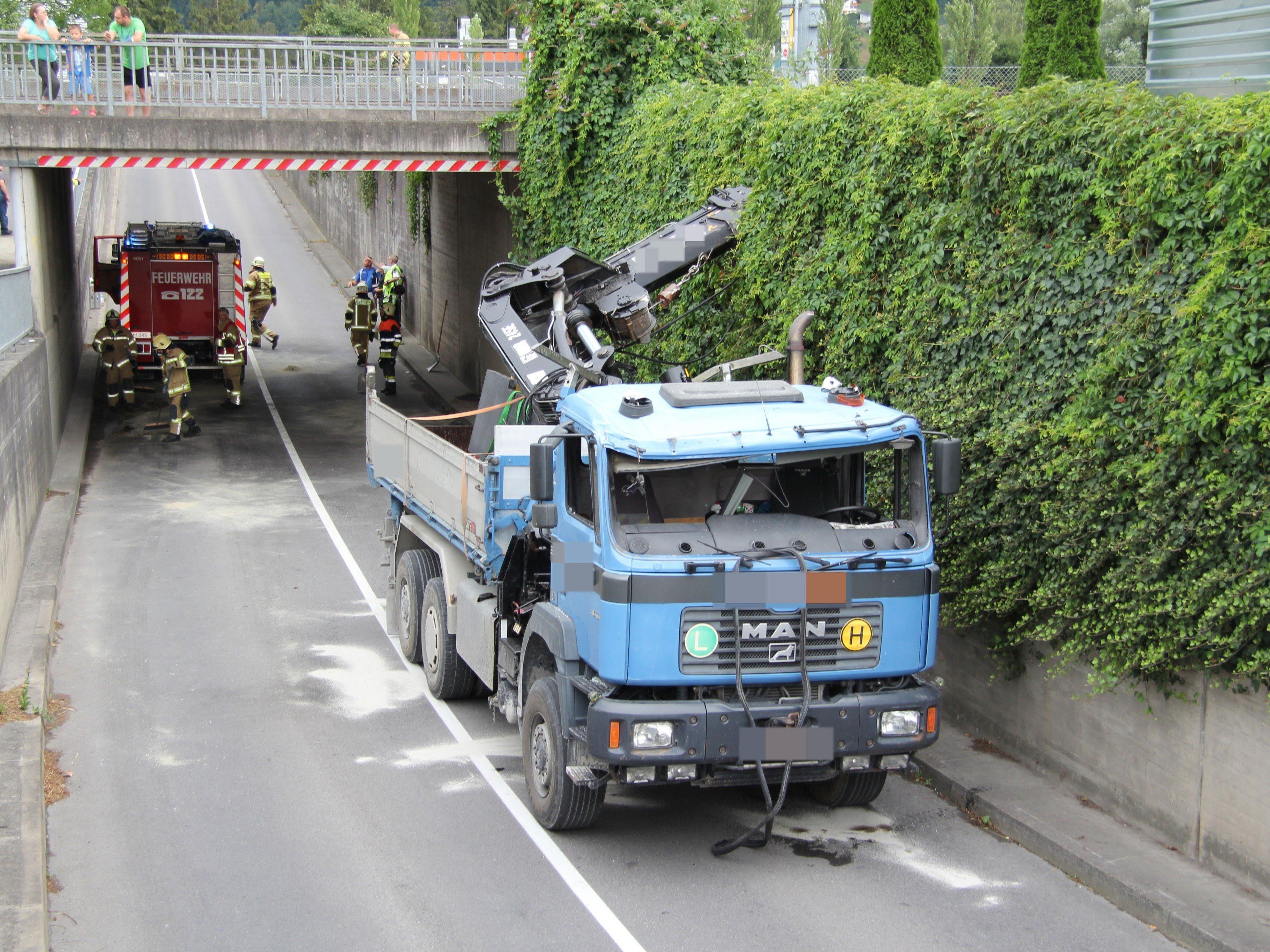 Lkw mit Kran blieb an Bahnunterführung hängen.
