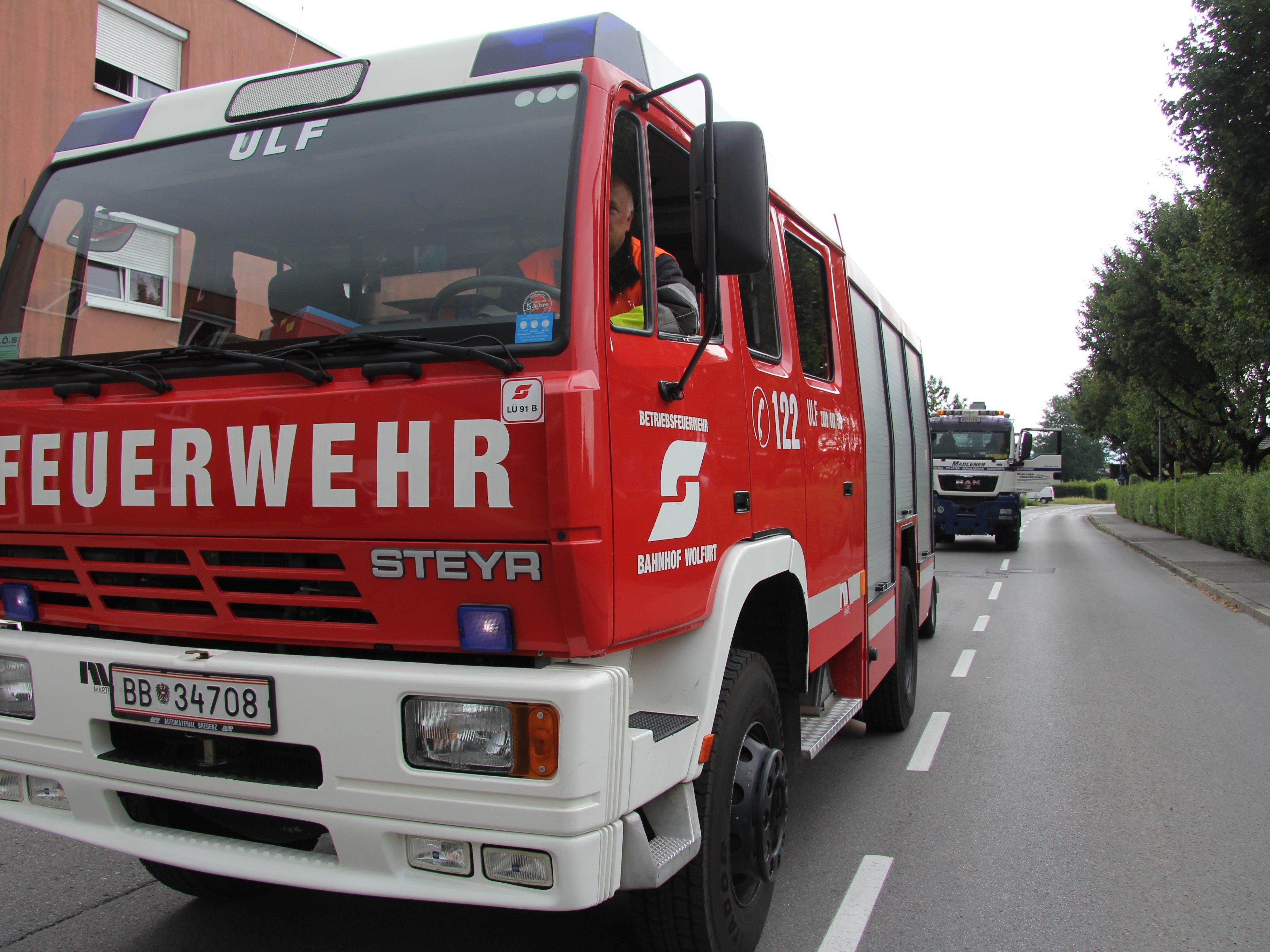 Neben dem Feuerwehrhaus Latschau fing ein Auto Feuer.