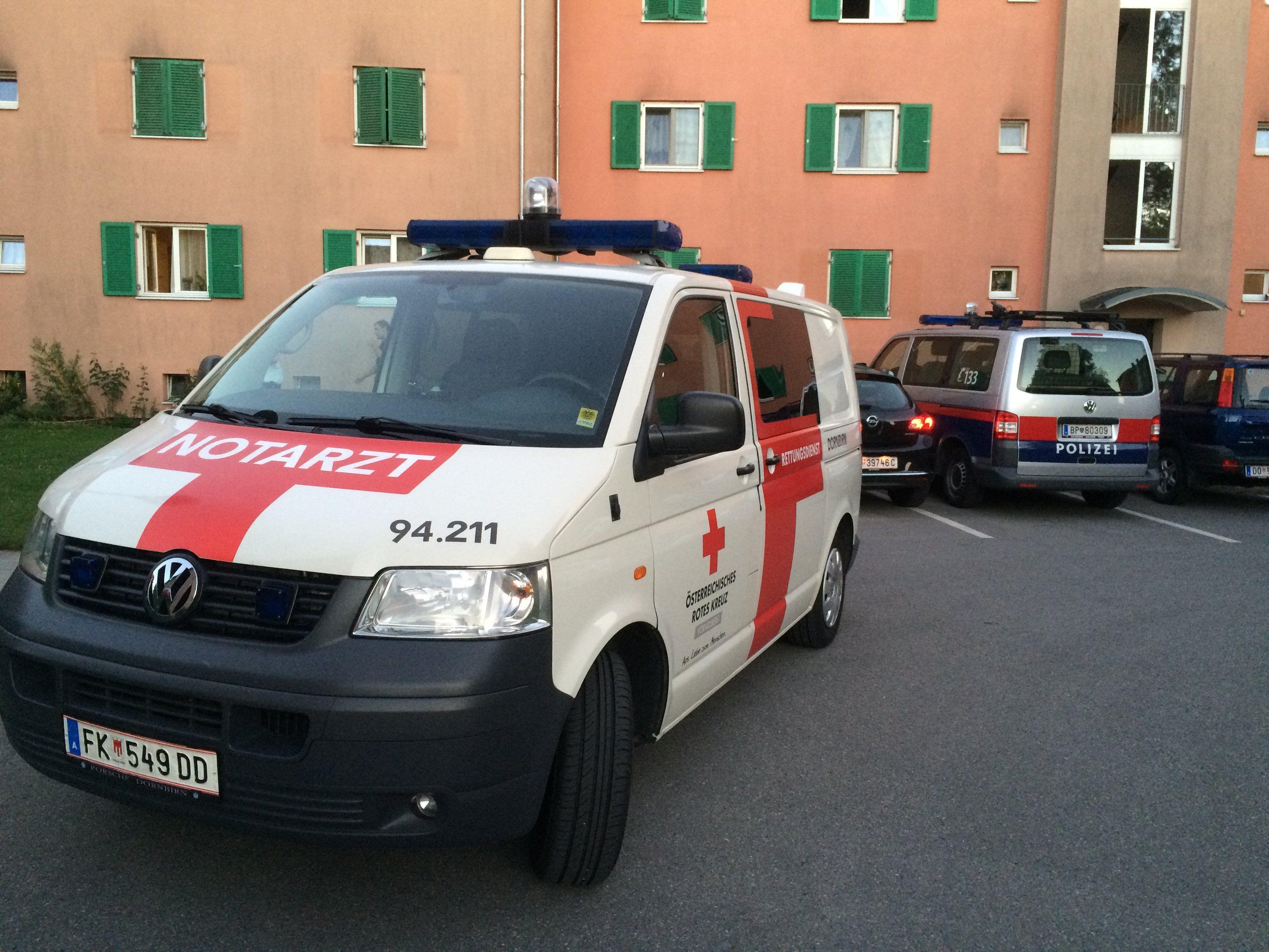 In einer Dornbirner Wohnanlage wurde ein Mann mit Stichverletzungen entdeckt.
