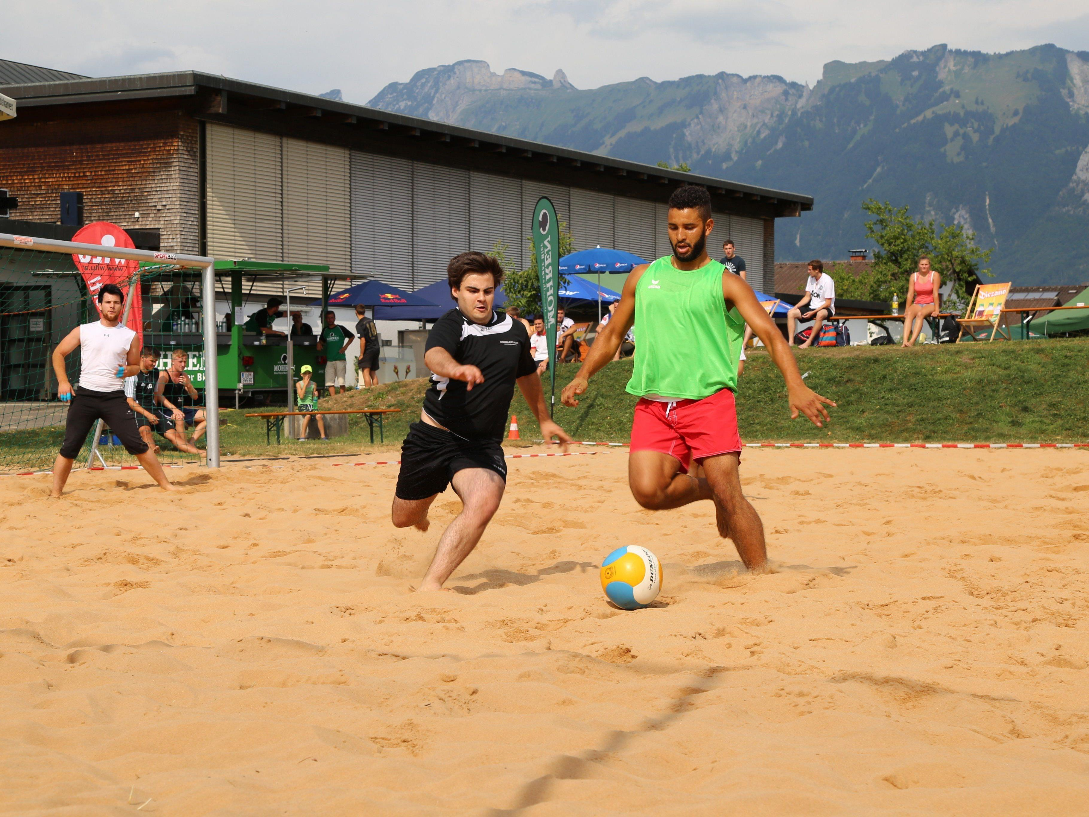 Der Sand fliegte durch das Spielfeld in Nofels.