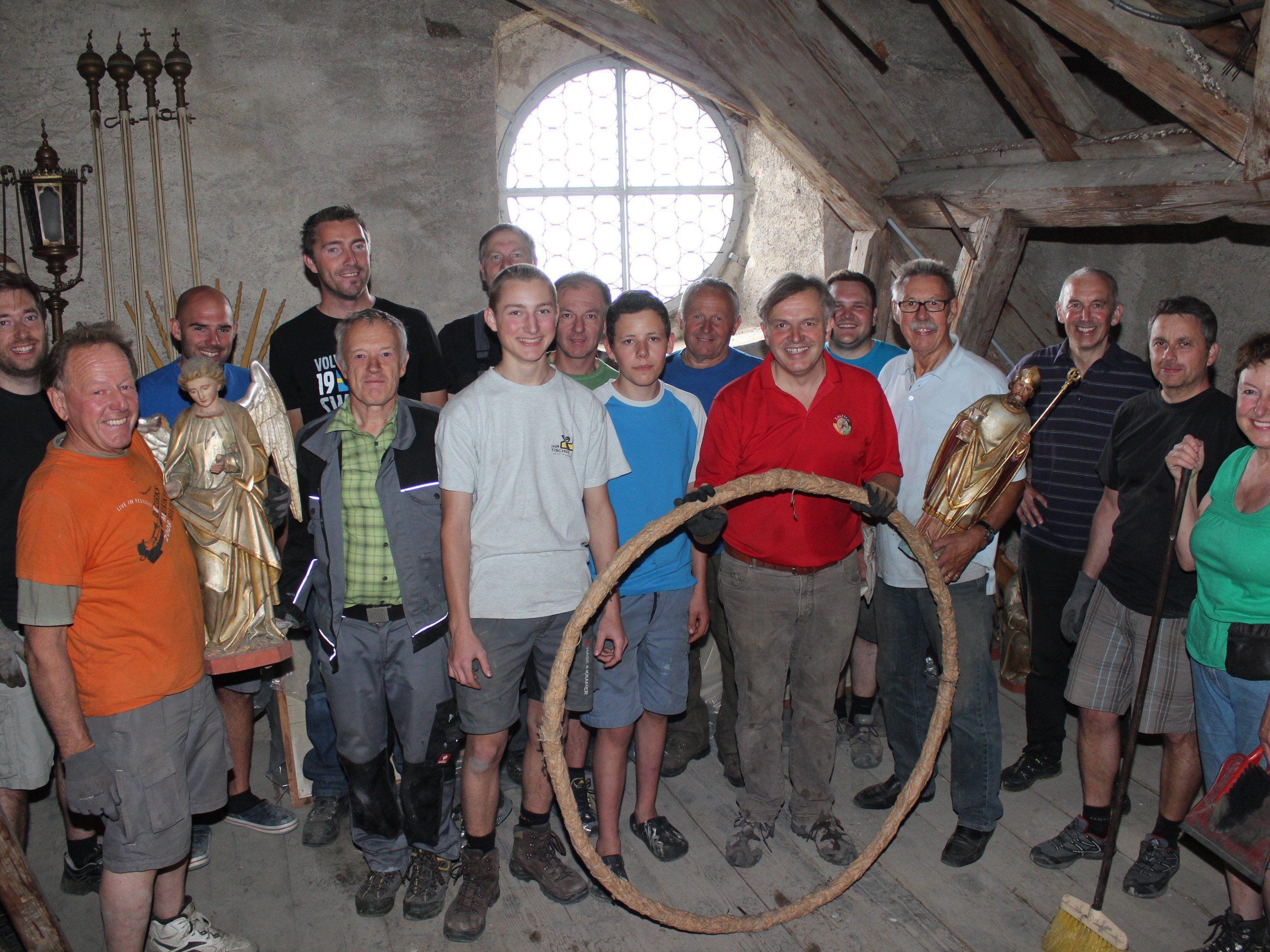 Die Ortsvereine und der Kirchen-Bauausschuss halfen bei der Dachbodenräumung tatkräftig mit.