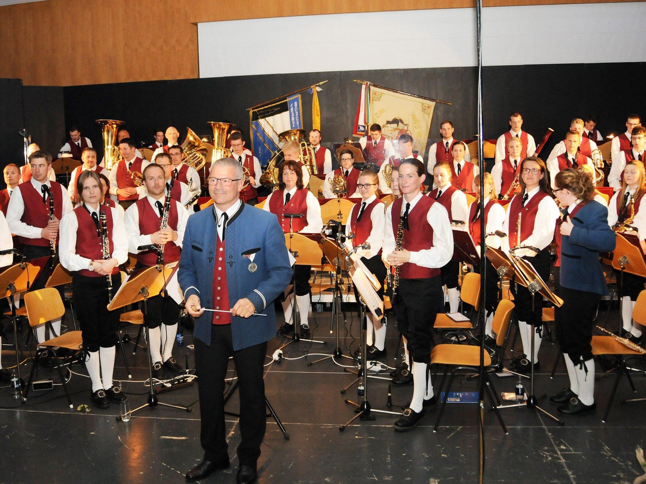 Ab 18 Uhr spielt am Samstag, den 11. Juli, die Bürgermusik Höchst auf dem Kirchplatz zum Dämmerschoppen.