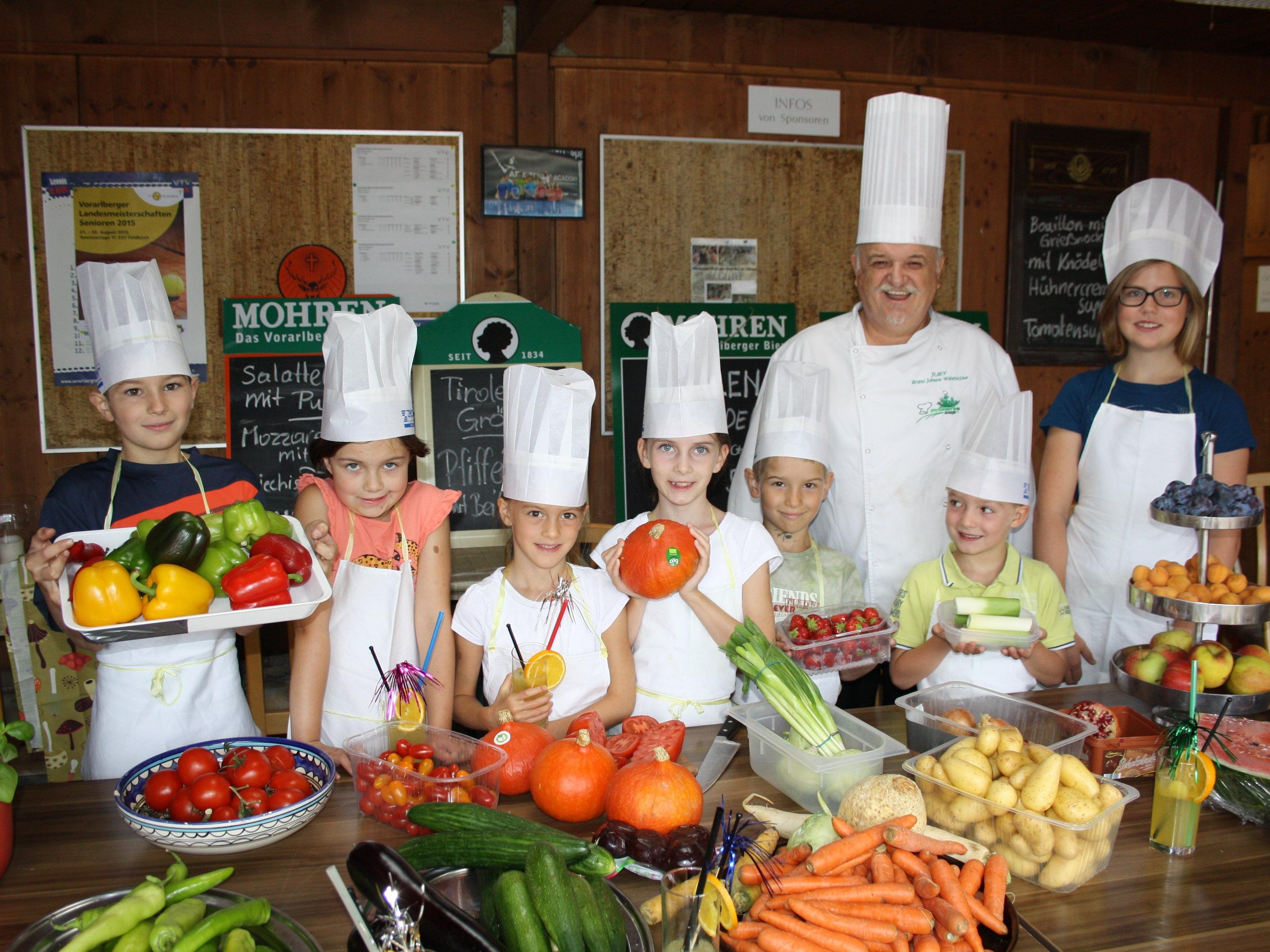 """Küchenmeister Bruno Wahrbichler begeisterte seine """"Kochlehrlinge"""" mit einem gemeinsam zubereiteten leckeren und gesunden Menü."""