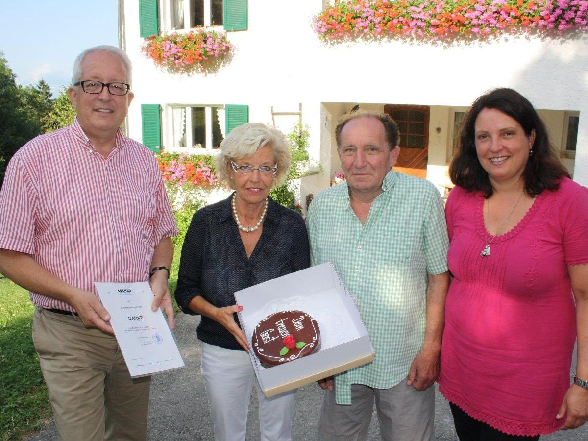 Gästeehrung auf dem Bauernhof der Familie Kaufmann in Lochau am Bodensee: Bürgermeister Michael Simma, Bernadette und Rolf Keiter sowie Zimmervermieterin Elisabeth Kaufmann.
