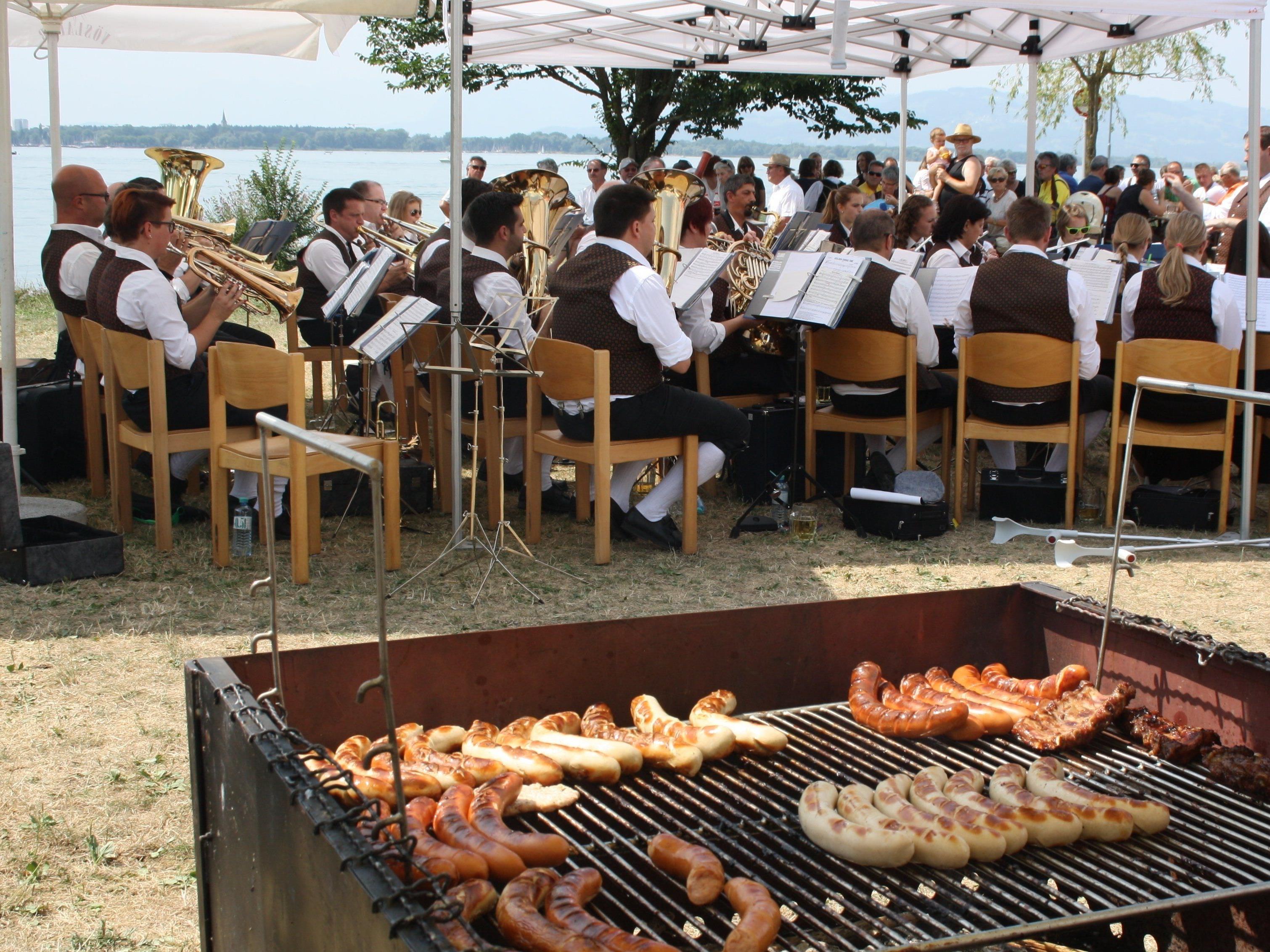 """Gute Stimmung beim Frühschoppen am See mit dem Musikverein Lochau im Ambiente der """"Alten Fähre"""" im Lochauer Hafen."""