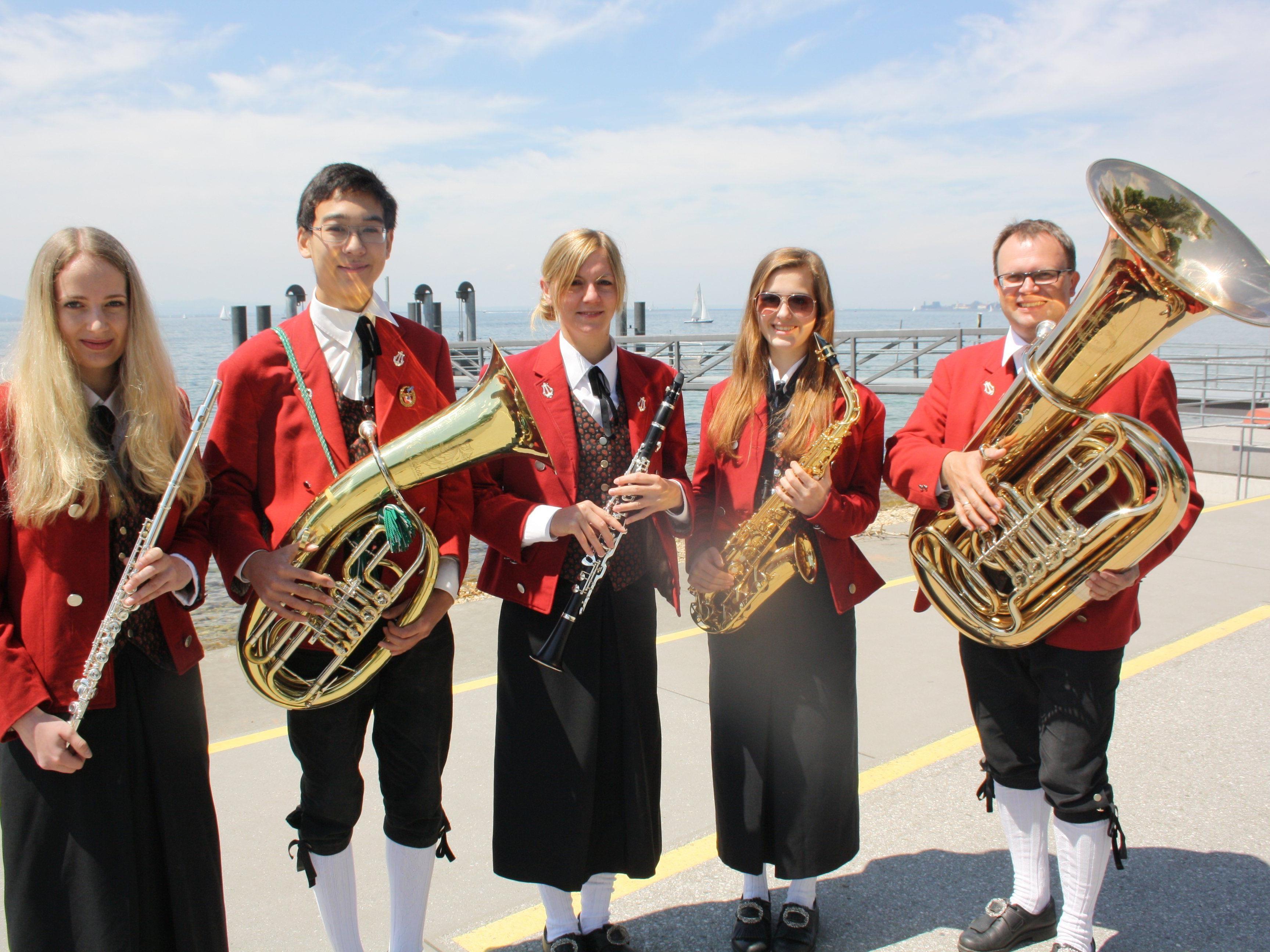 """Die Musikanten laden Jung und Alt zum traditionellen viertägigen """"Lochauer Dorffest 2015"""" in die Open-Air-Arena im Schulhof."""